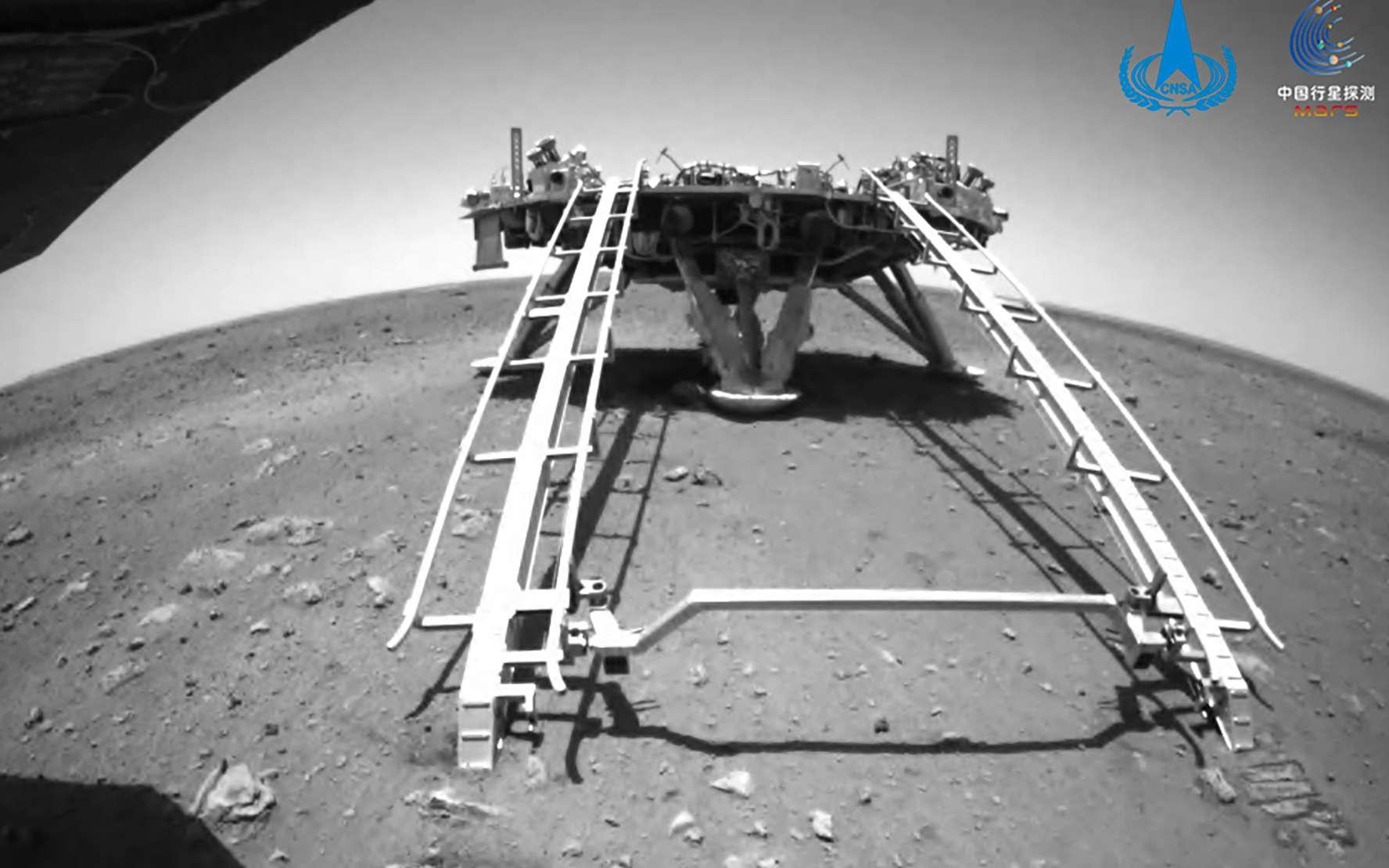 Le rover Zhurong est descendu de l'atterrisseur qui l'a amené sur Mars. © CNSA