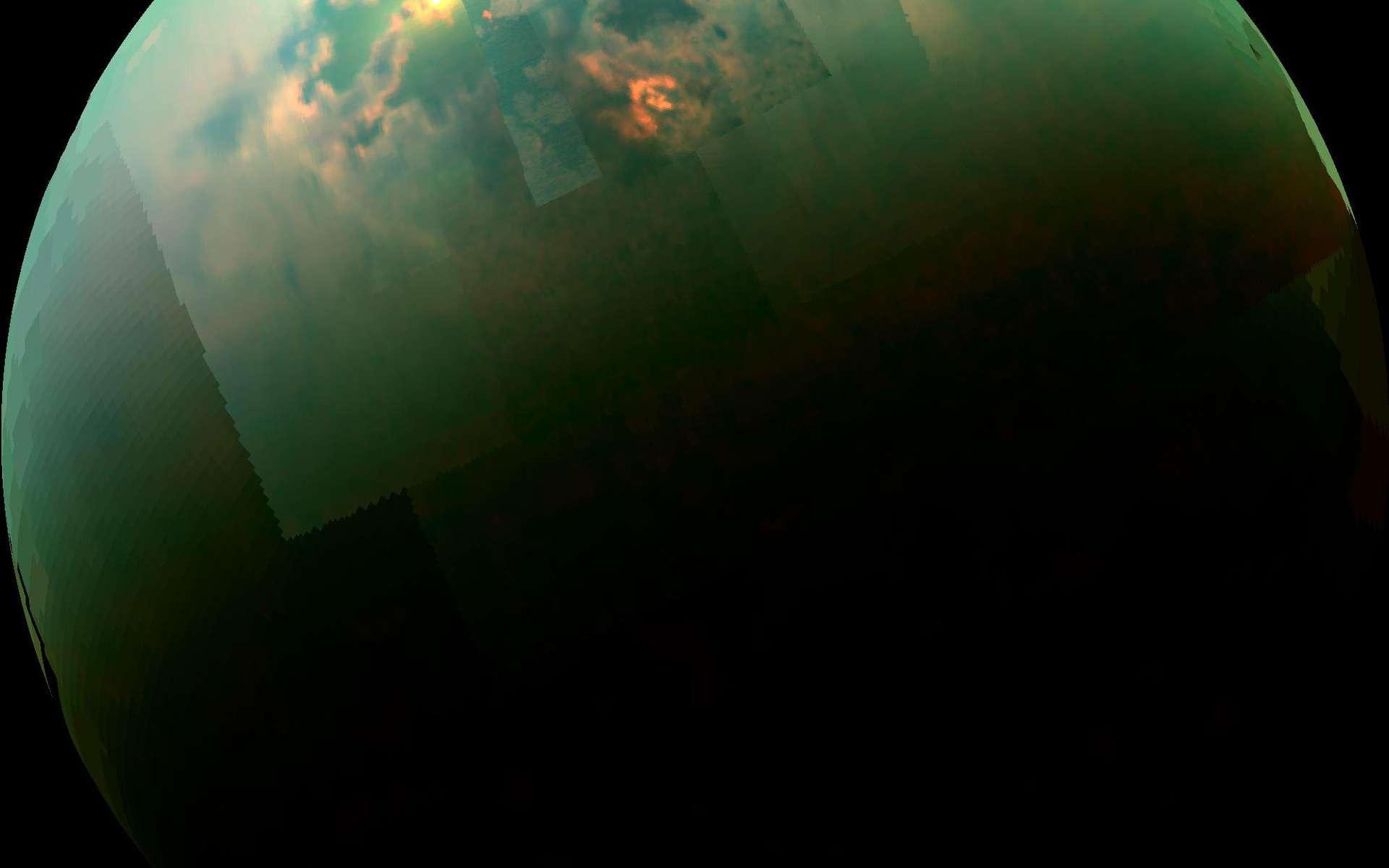 Sur Titan, le reflet du Soleil sur la surface d'hydrocarbures de Kraken Mare, photographié dans l'infrarouge avec l'instrument Vims de Cassini, le 24 août 2014. Si nous avions été présents à cet endroit, nous aurions distingué à travers l'épaisse atmosphère de cette grande lune de Saturne, le Soleil élevé à environ 40° au-dessus de l'horizon. © Nasa, Esa, JPL-Caltech, University of Arizona, University of Idaho