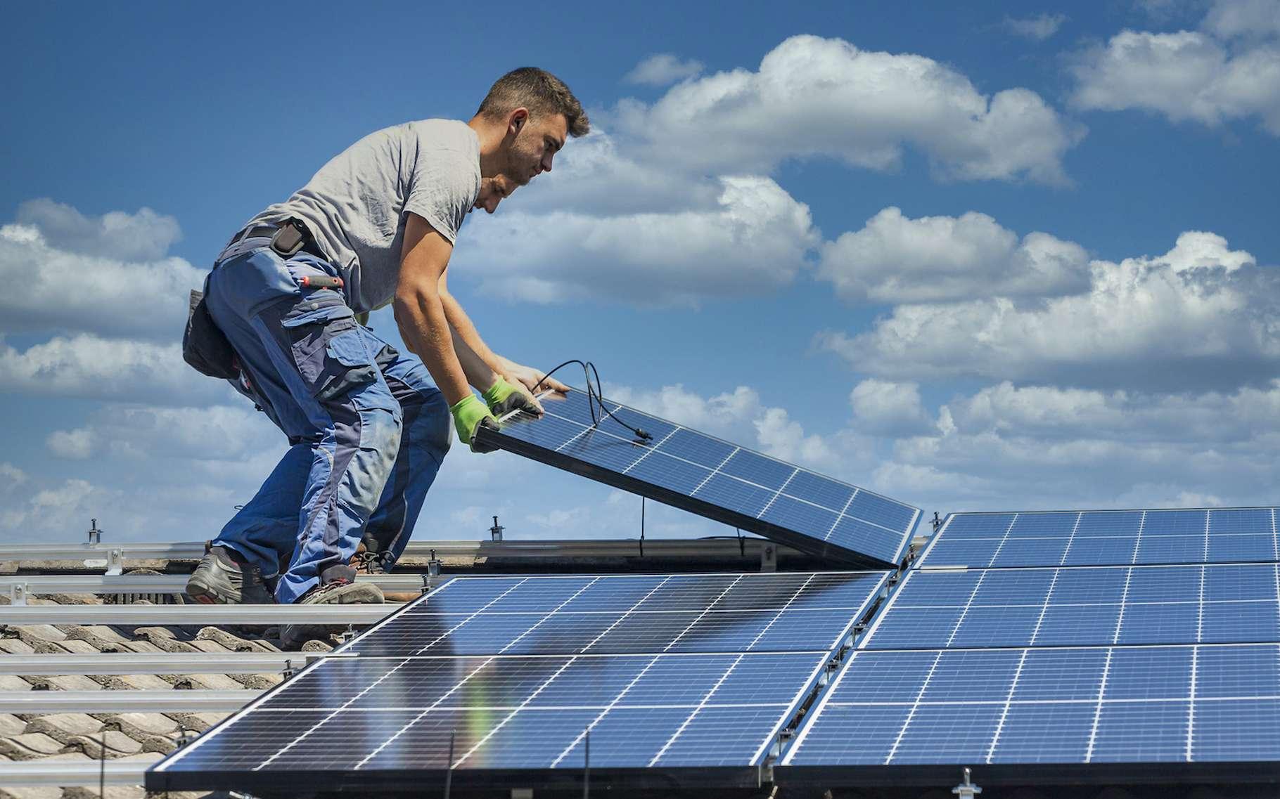 On trouve aujourd'hui sur le marché des kits panneaux solaires à installer soi-même. Mais il faut parfois avoir certaines compétences en électricité et en bricolage pour les poser en toute sécurité. © mmphoto, Adobe Stock