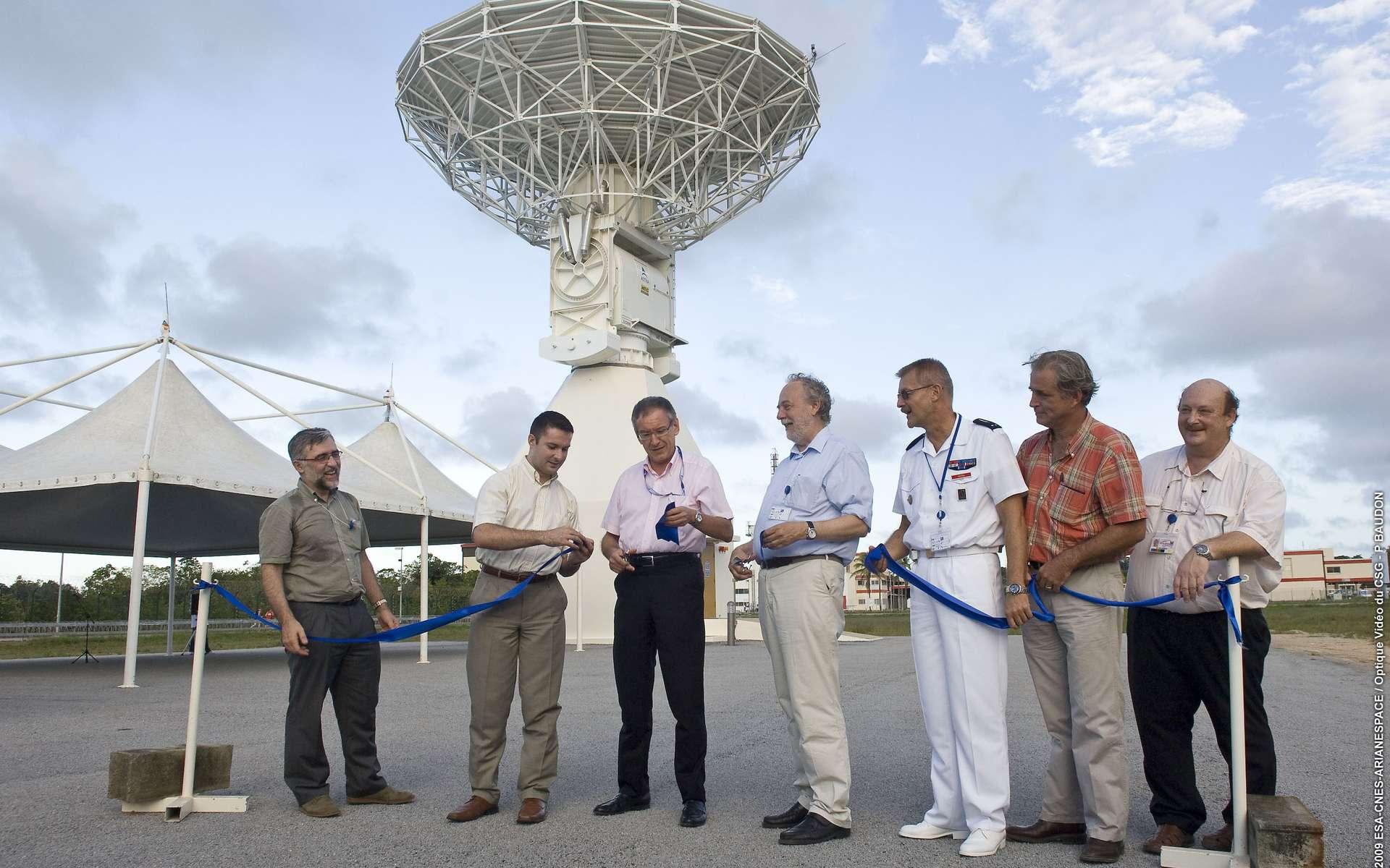Joël Barre, directeur du Cnes/CSG vient de couper le cordon, avec, à sa gauche, René Oosterlinck, directeur du programme Galileo. Les installations de la station au sol hébergées au CSG (Centre spatial guyanais) viennent d'être officiellement inagurées, ce jeudi 19 novembre 2009. © ESA/CNES/ARIANESPACE/Optique Video CSG/P. Baudon/2009