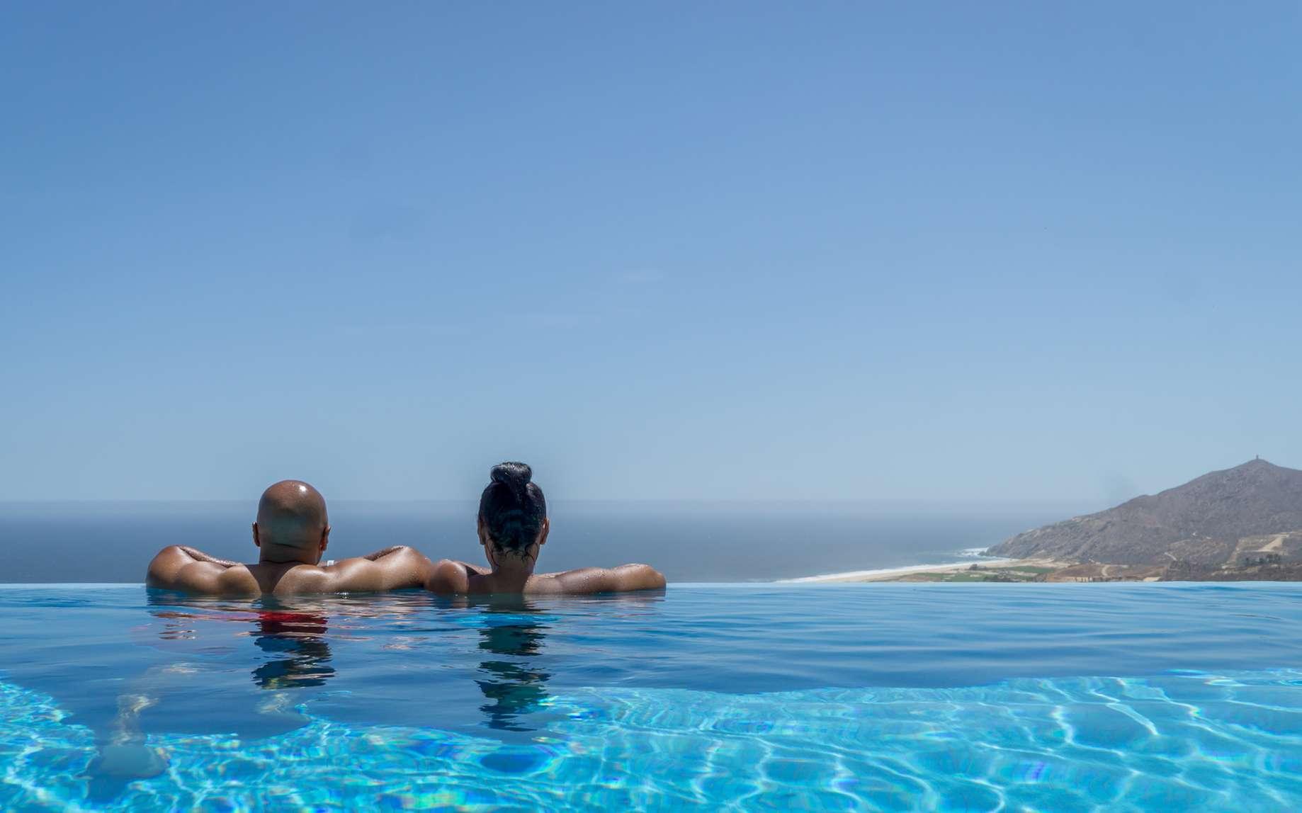 Au-delà de l'esthétique, le choix entre piscine miroir et piscine à débordement doit aussi se faire en fonction de la topographie du terrain, de la situation de la piscine sur le terrain, de sa position par rapport à la maison et de la vue. © Darryl, fotolia