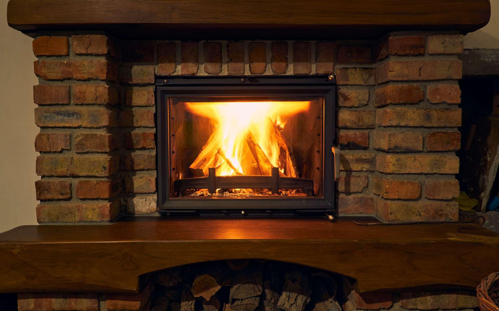 La chaleur dégagée par un foyer fermé ou un insert peut chauffer toutes les pièces de la maison à condition qu'elle soit répartie de façon homogène. Une opération que seuls les dispositifs de distribution d'air chaud permettent. © soleg, Adobe Stock