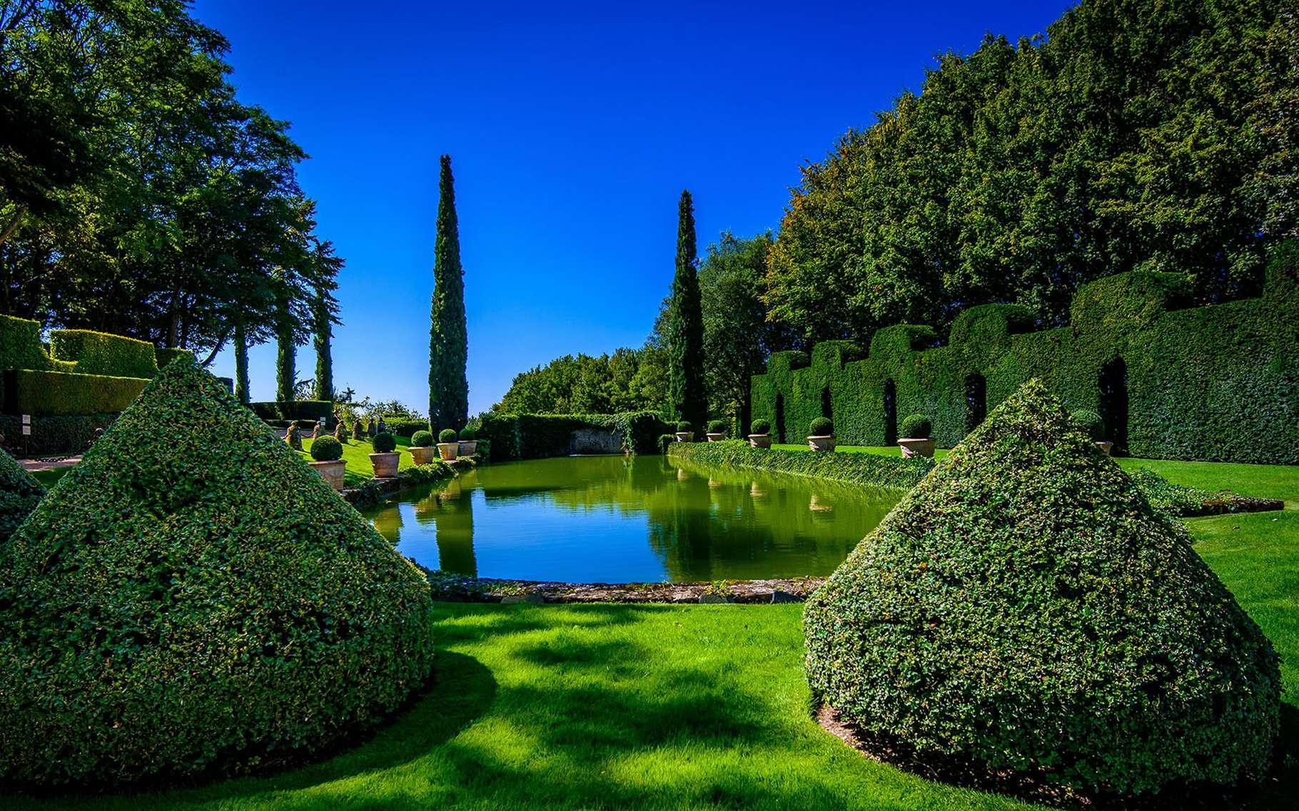 Les jardins d'Eyrignac dans le Périgord : un splendide jardin à la française avec topiaires et haies joliment taillées. © Illule, wikimedia commons, CC3.0