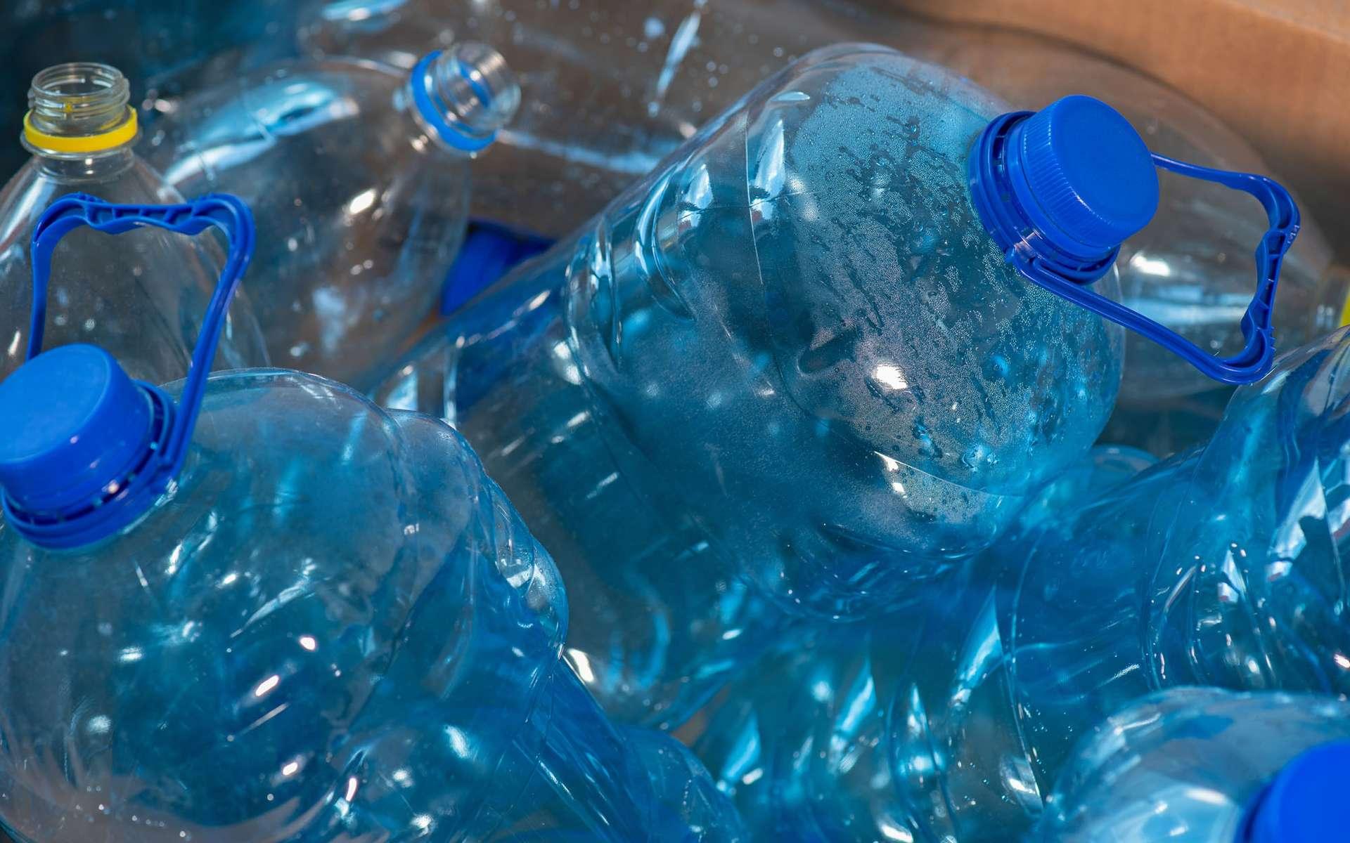 Le PET (polytéréphtalate d'éthylène) est l'un des plastiques les plus utilisés dans le monde, notamment pour la fabrication de bouteilles et de fibres polyester. © DenisNata, Adobe Stock