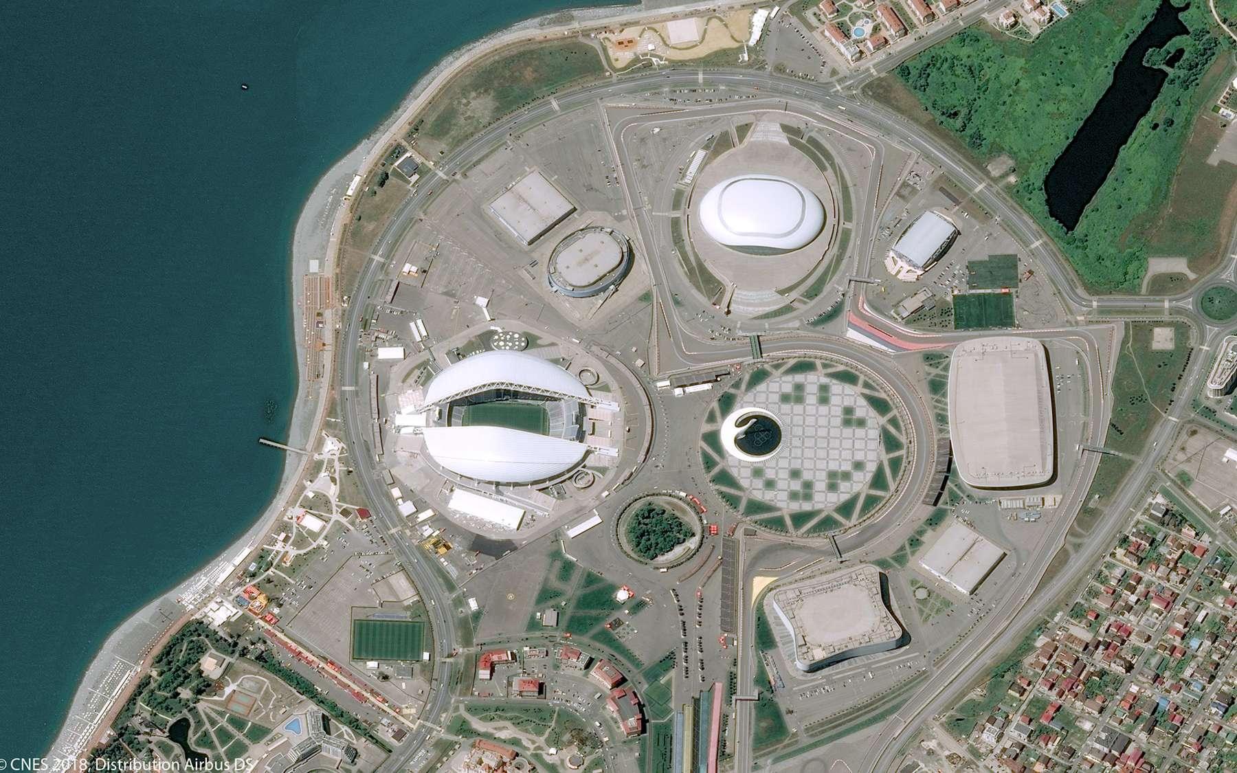 Le stade Ficht de Sotchi qui a accueilli les J.O. d'hiver de 2014. Ce stade a été construit en 2009 à l'occasion de ces Jeux olympiques d'hiver et rénové en 2015 en vue de la coupe du monde de football. © Pléiades, Cnes 2018, Distribution Airbus DS
