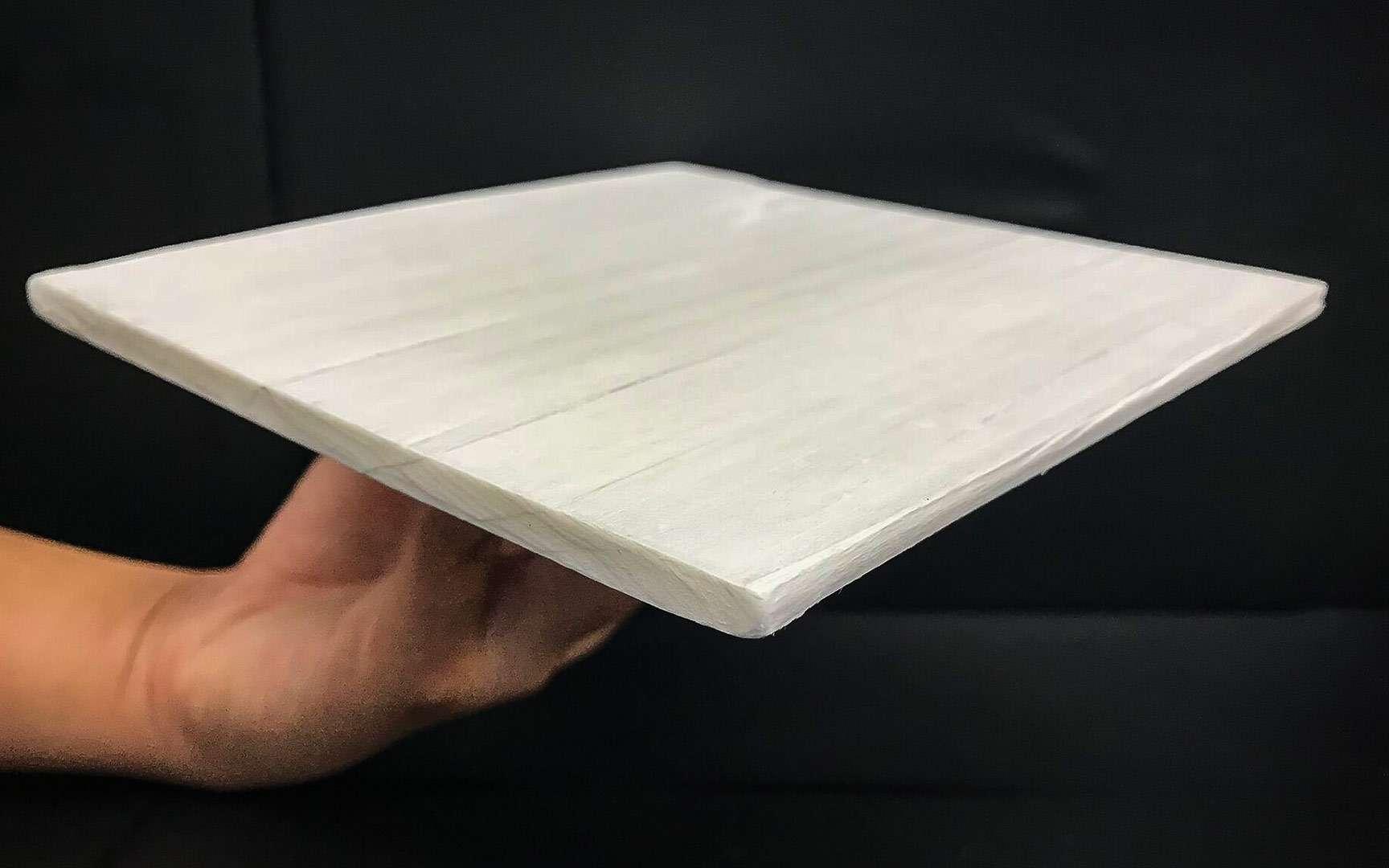 Le bois refroidissant est beaucoup plus blanc que le bois naturel afin de réfléchir la lumière. © Liangbing Hu, Université du Maryland
