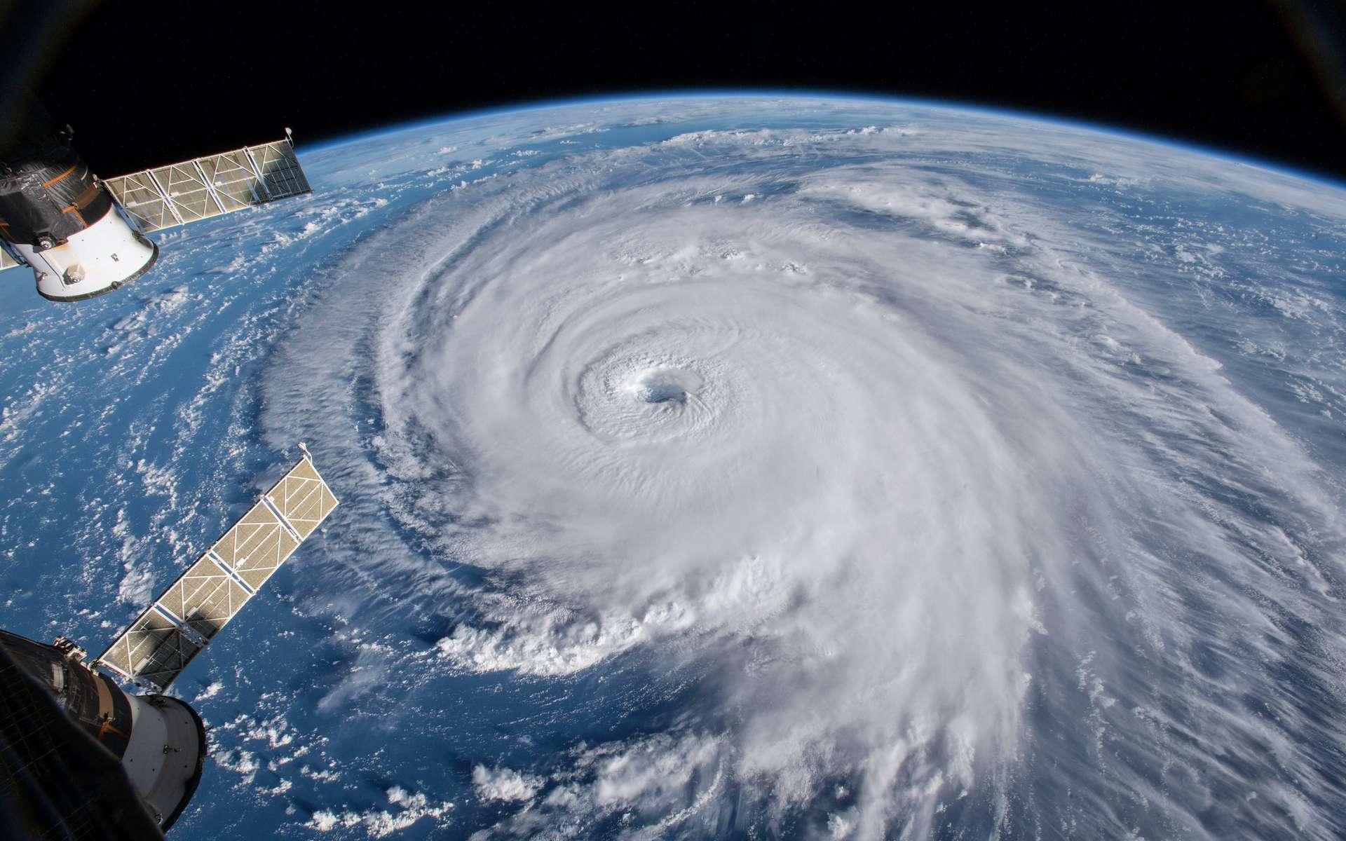 L'ouragan Laura est l'un des seuls à avoir touché terre au sommet de son intensité en cette saison 2020. Mais les chercheurs de l'Institut des sciences et des technologies d'Okinawa (Japon) signalent que le réchauffement climatique devrait conduire à des ouragans plus intenses plus longtemps. En photo : l'ouragan Florence vu depuis la Station spatiale. © Nasa ; elroce, Adobe Stock