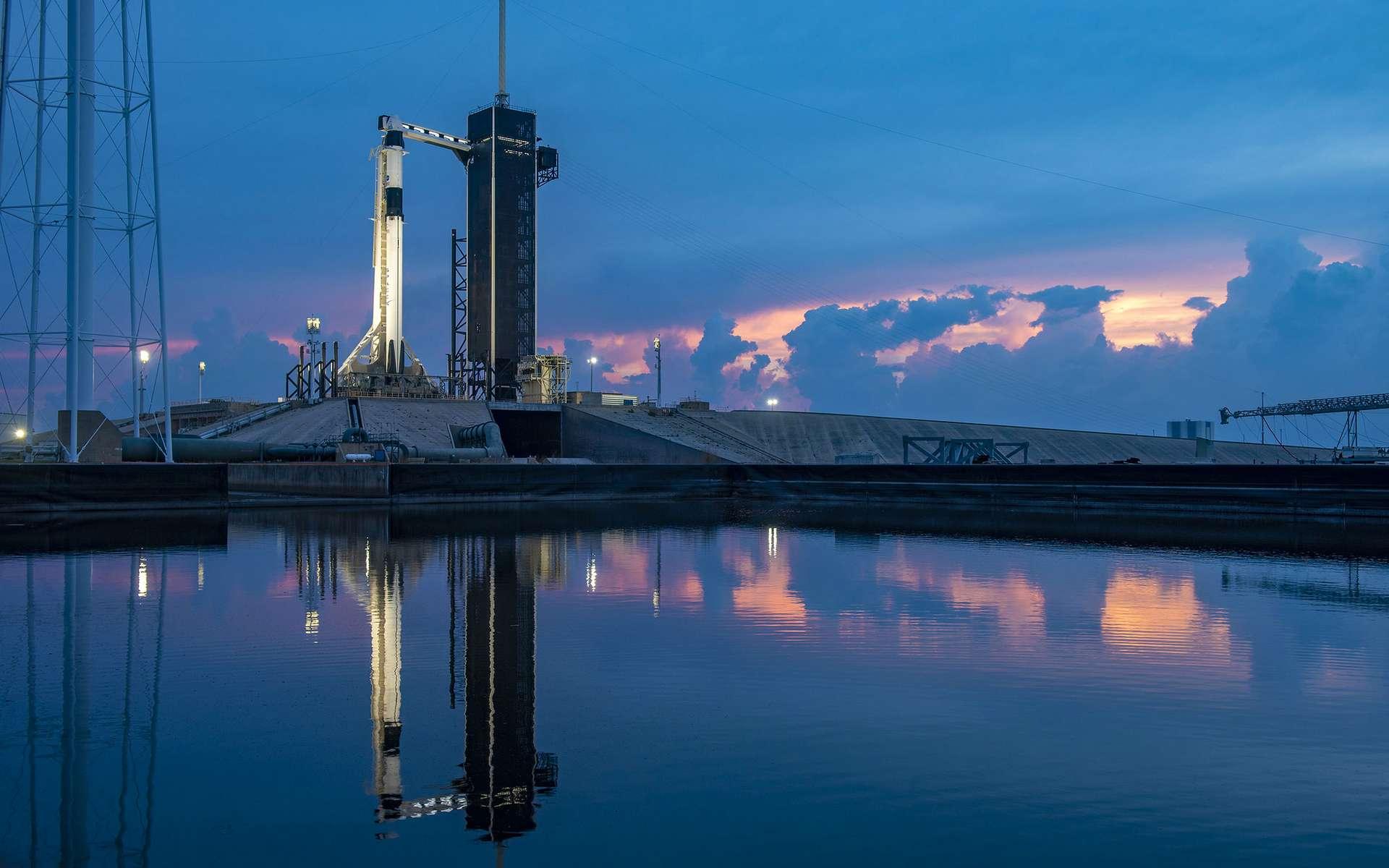 Le lanceur Falcon 9 et le Crew Dragon à son bord sur le pas de tir du complexe 39A de Cap Canaveral le 27 mai 2020. © SpaceX