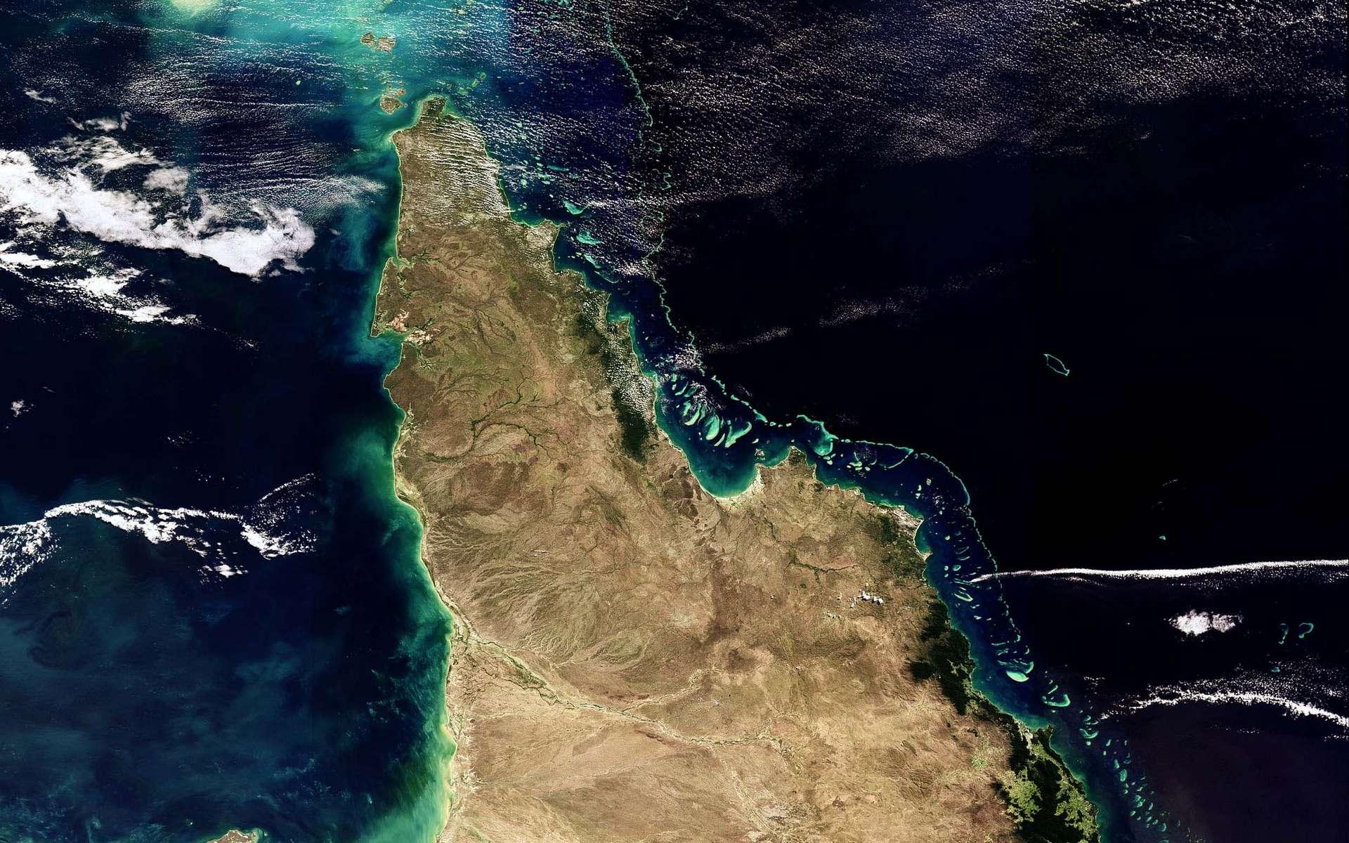 Cette image prise par Envisat a été acquise par l'instrument Meris le 18 mai 2008, en mode « pleine résolution » qui permet de faire apparaître des détails de 300 m au niveau du sol. Elle nous montre l'une des grandes merveilles naturelles de la Terre : les récifs de la Grande Barrière, dans la mer de Corail, le long de la côte Est du Queensland, en Australie.