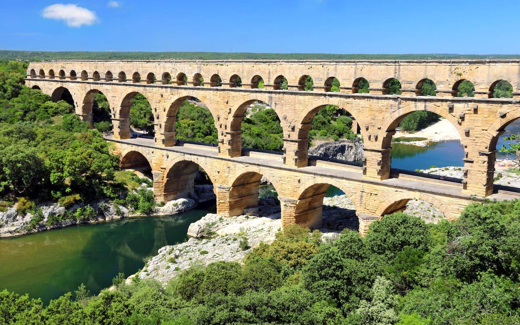 Le Pont du Gard constitue une partie de l'aqueduc romain qui conduisait l'eau d'Uzès à Nîmes. © lamax, Fotolia