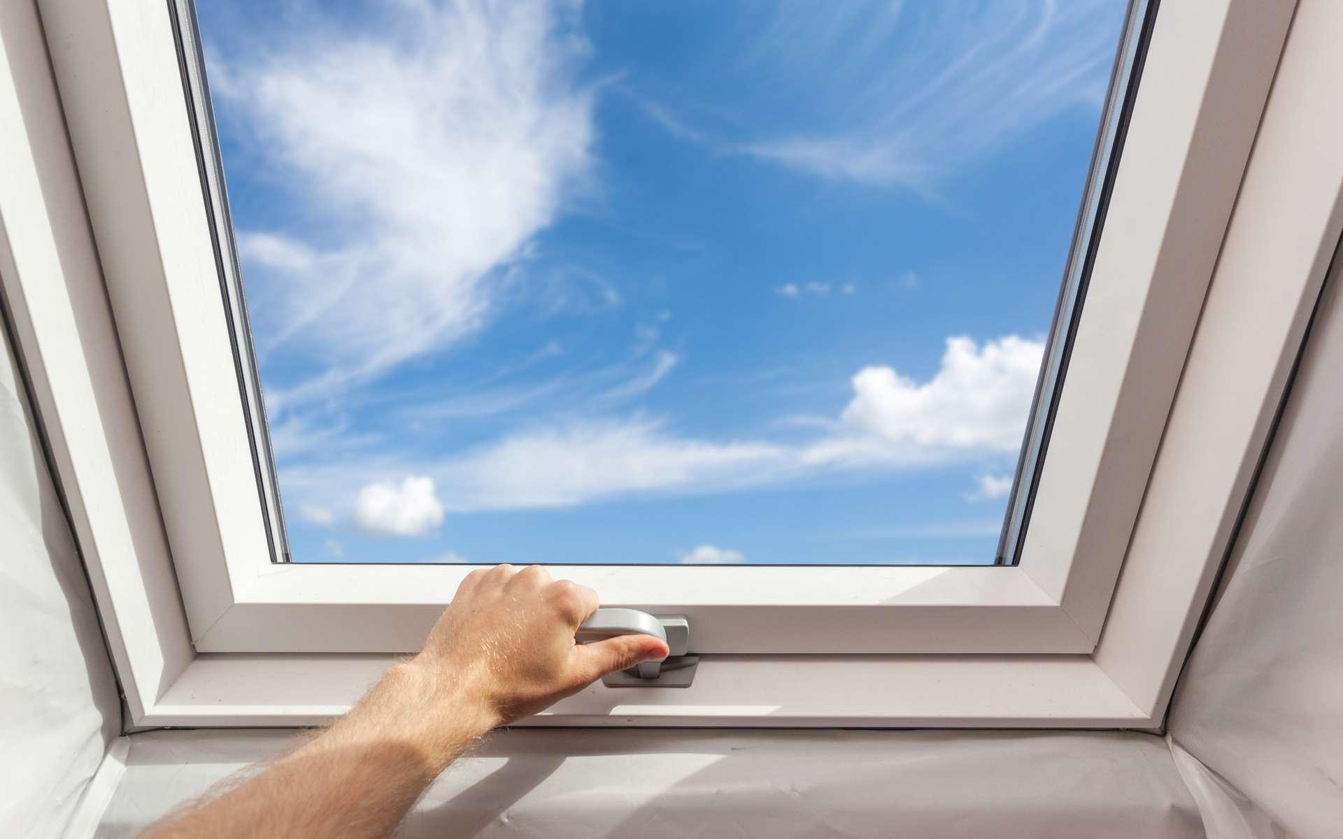 Correctement dimensionnées et positionnées judicieusement dans chaque pan de la toiture, les fenêtres de toit apportent une agréable et indispensable lumière naturelle dans les combles aménagés. © brizmaker, Adobe Stock