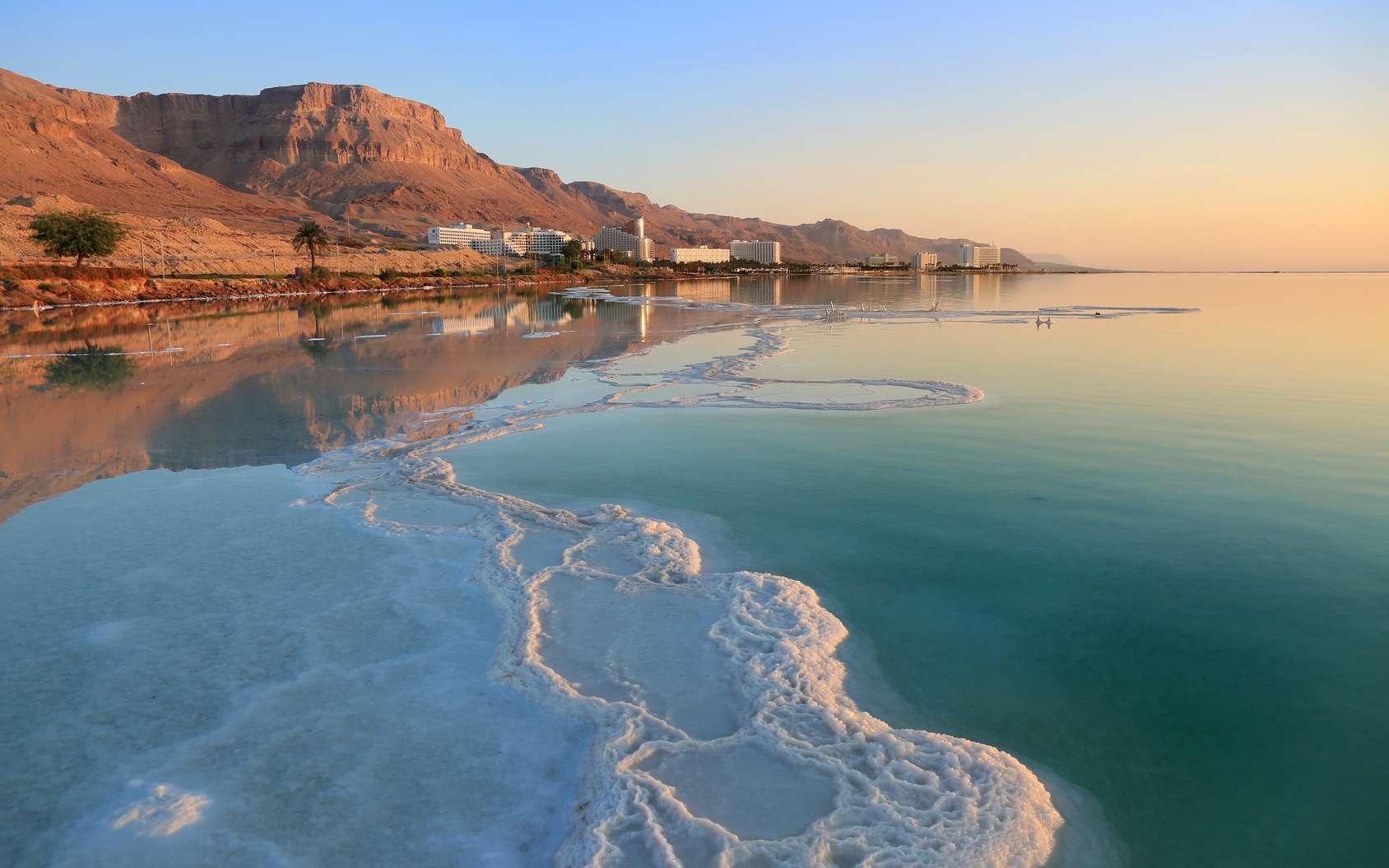La mer Morte — située à la frontière entre la Jordanie, la Cisjordanie et Israël — mesure quelque 67 km de long et 18 km de large. Elle contient quelque 275 g de sel par litre d'eau. © Edward Shtern, fotolia