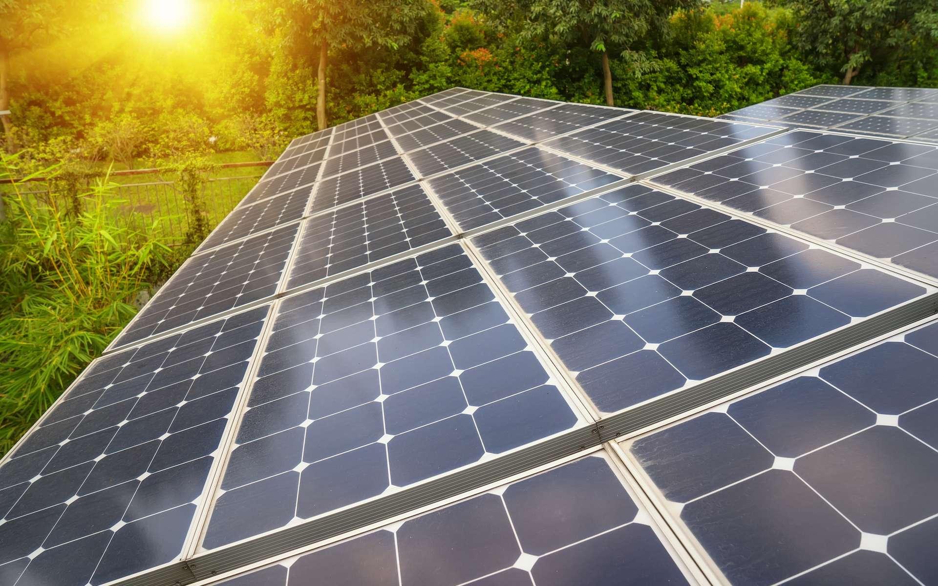 Selon des chercheurs, en convertissant la chaleur du soleil en rayonnement exploitable par les panneaux photovoltaïques à l'aide de cristaux nanophotoniques et de nanotubes de carbone, il serait possible de multiplier par deux leur efficacité. © asharkyu, Shutterstock