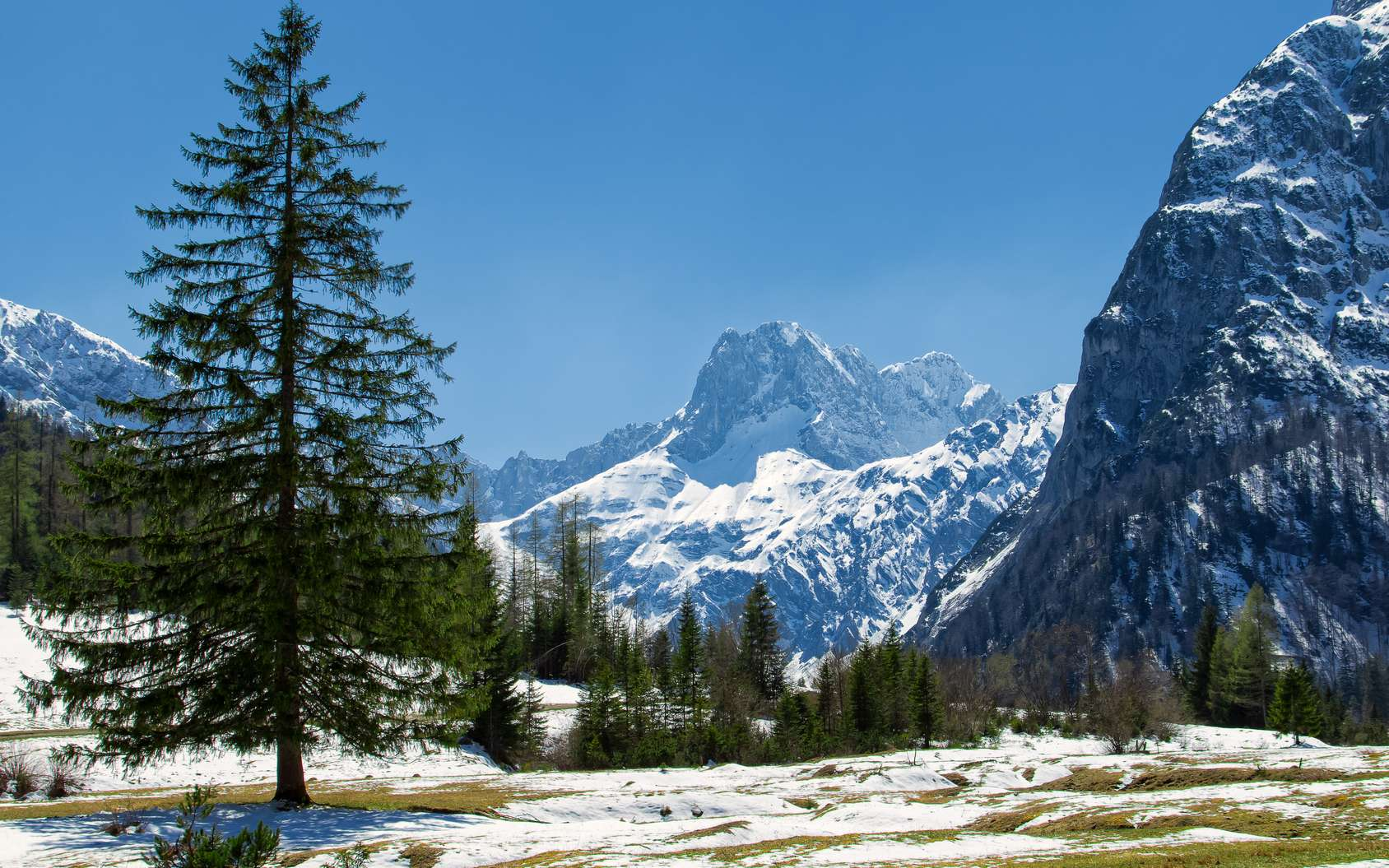 À cause de l'augmentation générale des températures, la neige, en plus d'être moins présente, tombe plus tard et fond plus tôt. © anitasstudio, Fotolia