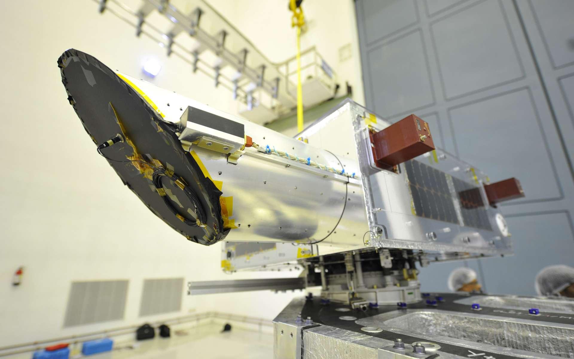Depuis son promontoire à 800 km d'altitude, le petit satellite canadien Neossat surveillera tout ce qui tourne autour de la Terre et s'en approche. © Agence spatiale candienne