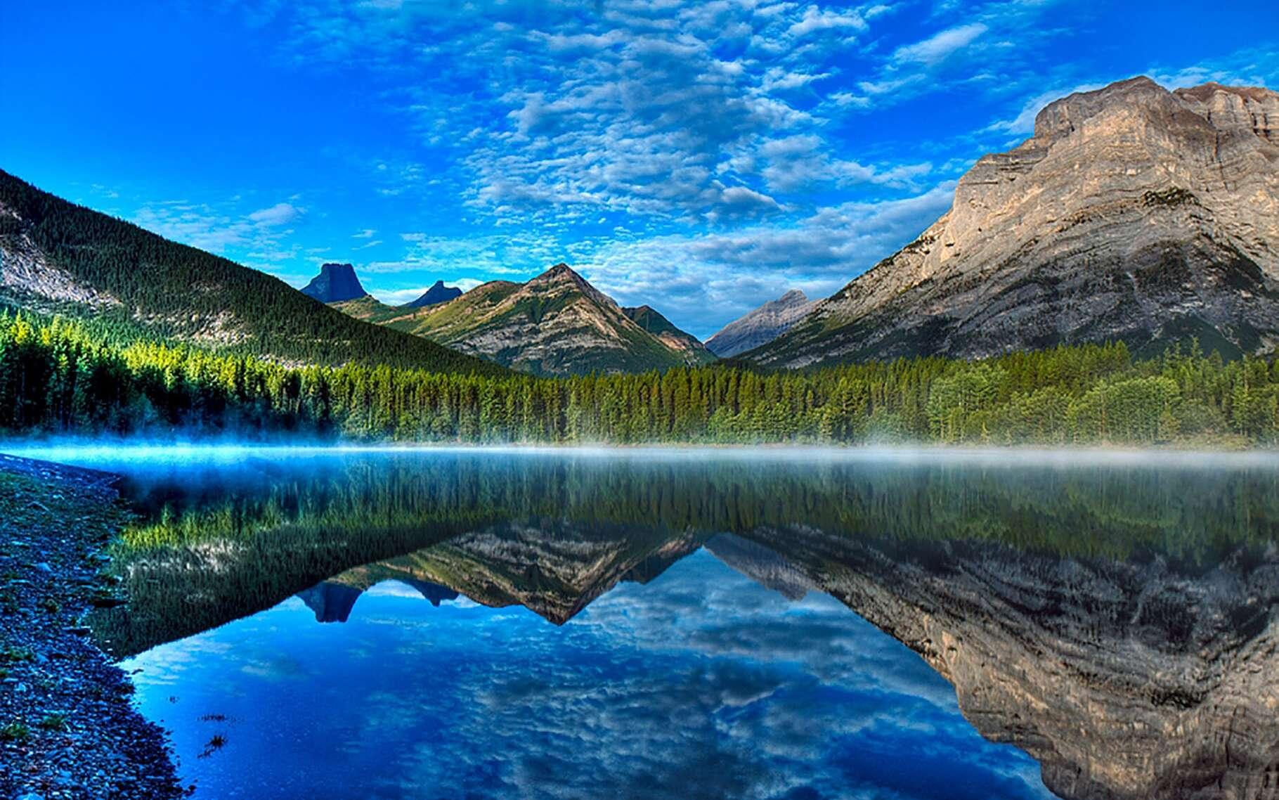 Dans une des provinces canadiennes, l'Alberta, se trouve le pays du Kananaskis. Il s'agit d'un ensemble de parcs principalement destinés au tourisme et aux loisirs, dont l'un est une réserve écologique. Au cœur de ce pays, dont le nom rendrait hommage à un indien d'une des tribus du peuple Cri, s'allonge un lac dénommé Wedge Pond. Littéralement « l'étang du coin ». Un lieu connu pour ses randonnées et autres loisirs d'extérieur, comme le ski de fond ou la luge en hiver.Un sentier de seulement un kilomètre de long, longeant l'étang, explique son histoire grâce à plusieurs pancartes. La première titille la curiosité. Elle raconte que Wedge Pond ne disposait que d'un mètre de profondeur quelques années auparavant mais que cette époque est désormais révolue. Cette faible taille, le laissant geler entièrement l'hiver, et parfois s'assécher en été, ce qui rendait la survie des poissons impossible ne serait plus un problème aujourd'hui. Pourquoi ? La réponse se trouve au Canada !© 2009, Alan et Elaine Wilson