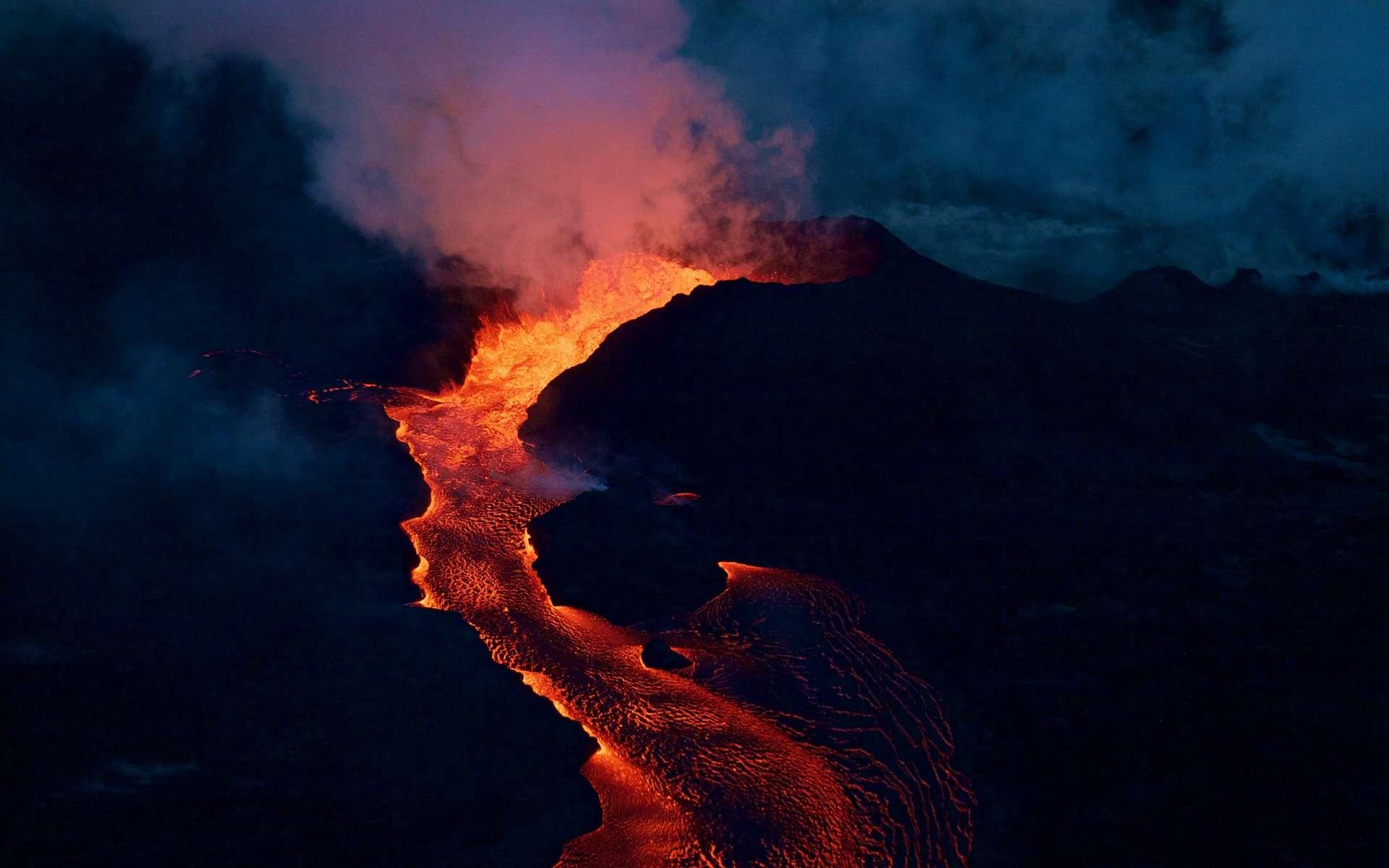 Le cône de la Fissure 8 du Kilauea en éruption, tôt le matin du 28 juin 2018, dans la zone du Rift inférieur Est. © USGS, DP