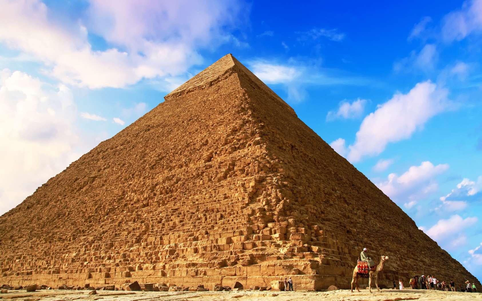 «Songez que du haut de ces pyramides quarante siècles vous contemplent», avait dit Napoléon. Pour la pyramide de Khéops, c'est même 45 siècles ! Elle se compose de plus de 2,3 millions de blocs de 2,5 tonnes. Un édifice impressionnant qui continue de fasciner les Hommes. © Patryk Kosmider, Fotolia