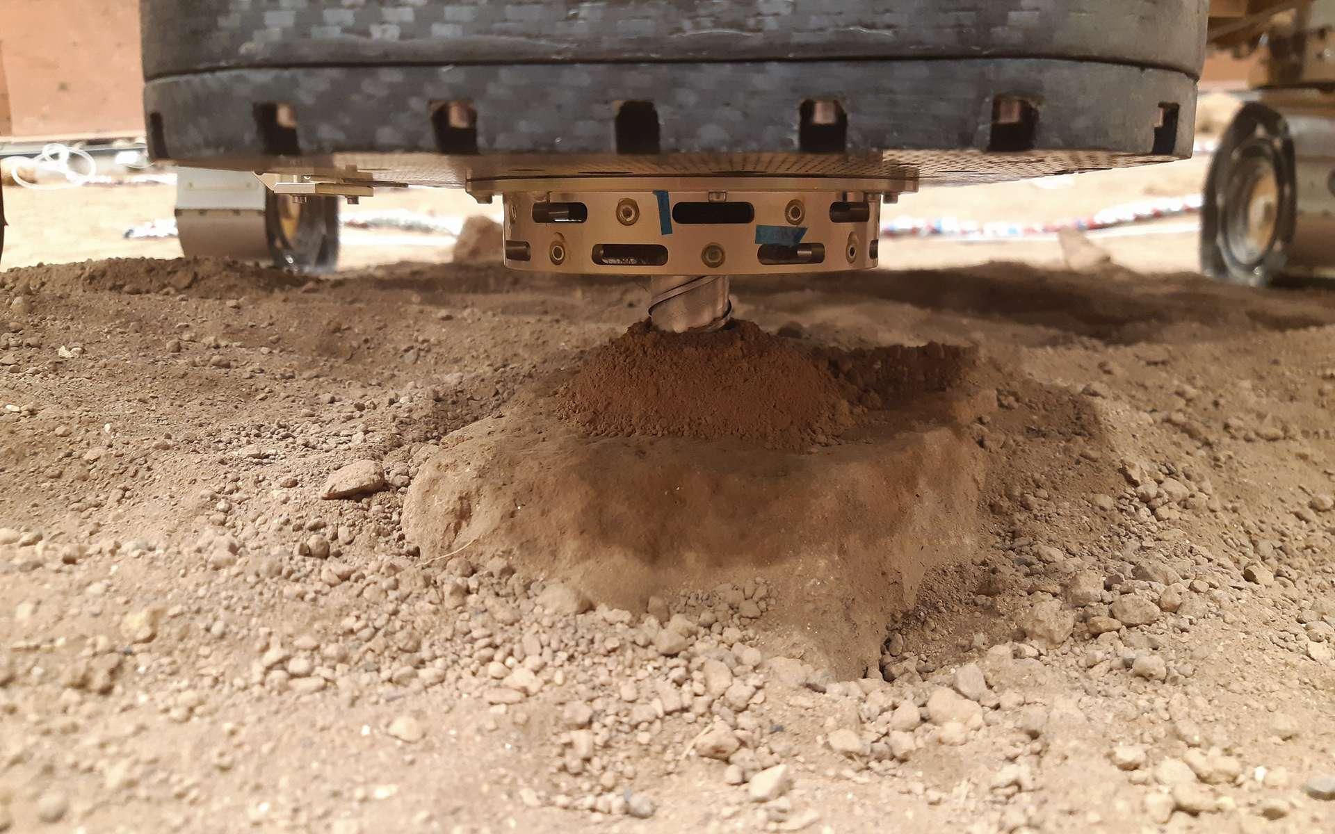 Essais de fonctionnement et d'utilisation du foret du rover ExoMars. Le jumeau du rover Rosalind Franklin de l'ESA a foré et extrait des échantillons à 1,7 mètre de profondeur. © Thales Alenia Space