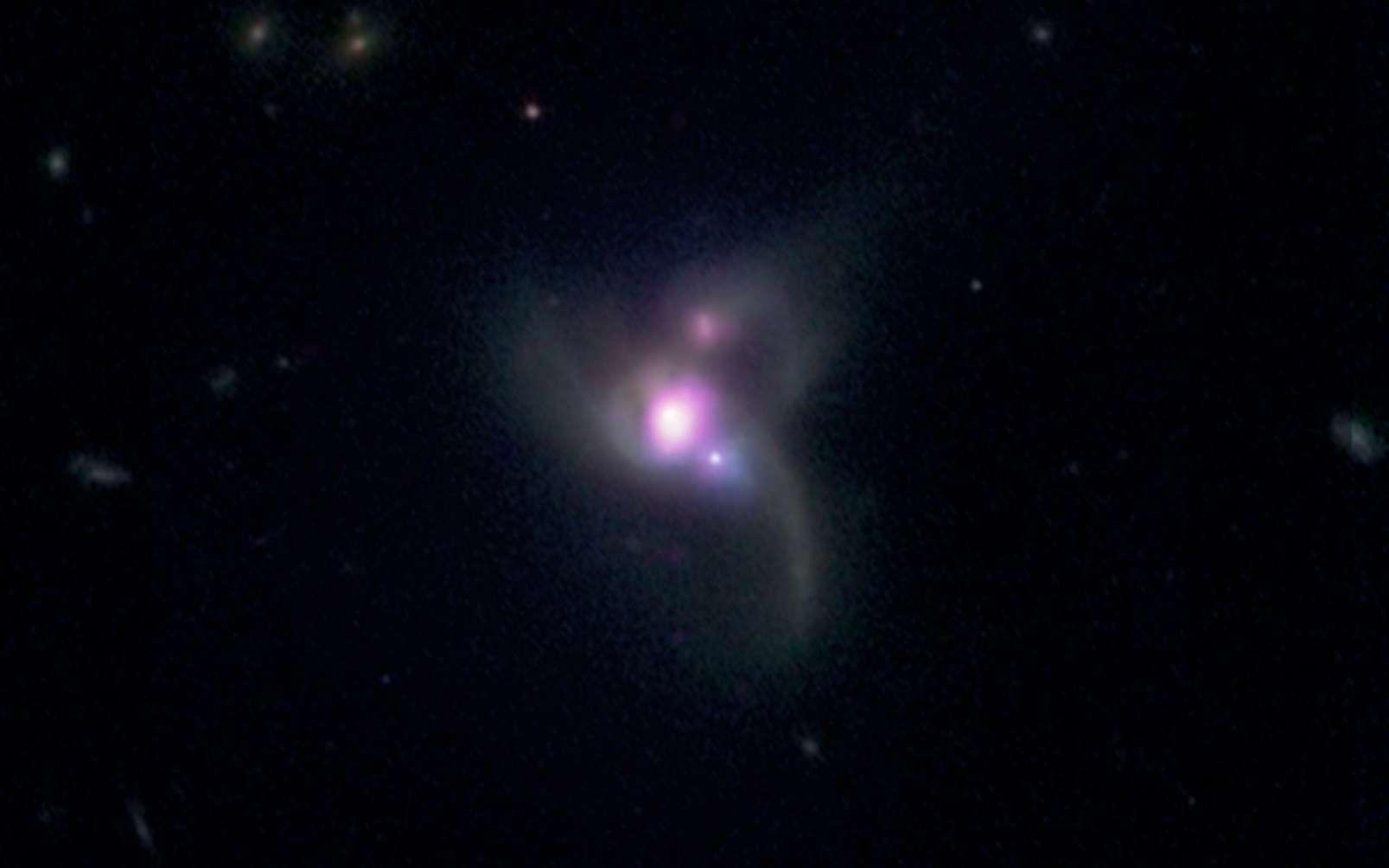 Une image composite montrant une collision triple de galaxies, avec le système SDSS J0849+1114, contenant trois trous noirs supermassifs. © Rayon X : Nasa / CXC / George Mason Univ./R. Pfeifle et coll.; visible: SDSS et Nasa / STScI