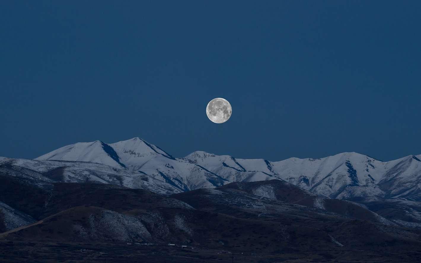 Pourquoi la Lune nous semble-t-elle beaucoup plus grosse lorsqu'elle est sur la ligne d'horizon ? © Unsplash, Pixabay, DP