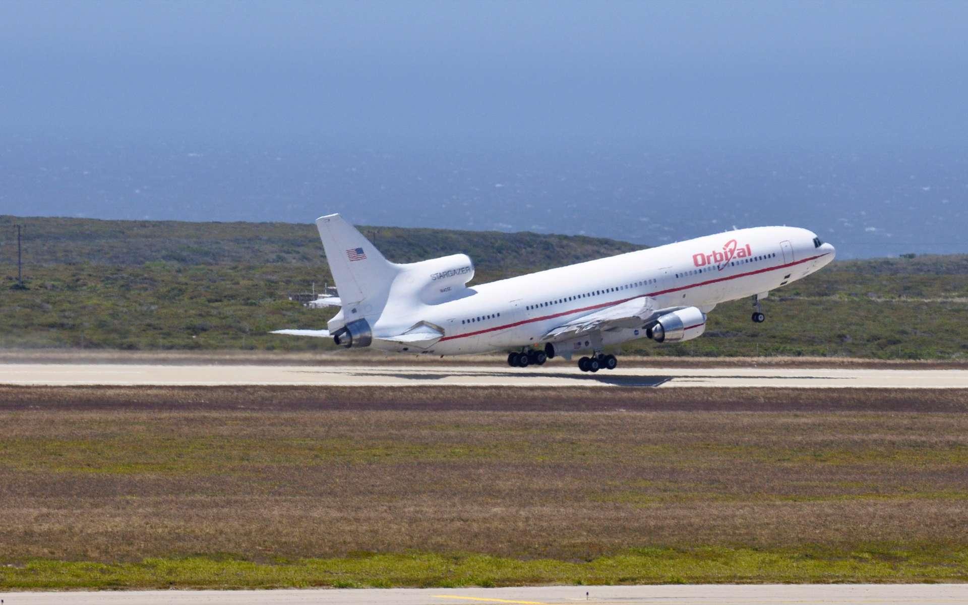 Au décollage, le Lockeed L-1011 d'Orbital Sciences qui emporte sous son ventre le lanceur aéroporté Pegasus XL transportant Nustar. L'avion s'est élancé de l'atoll de Kwajalein dans les îles Marshall, dans l'océan Pacifique. © Nasa