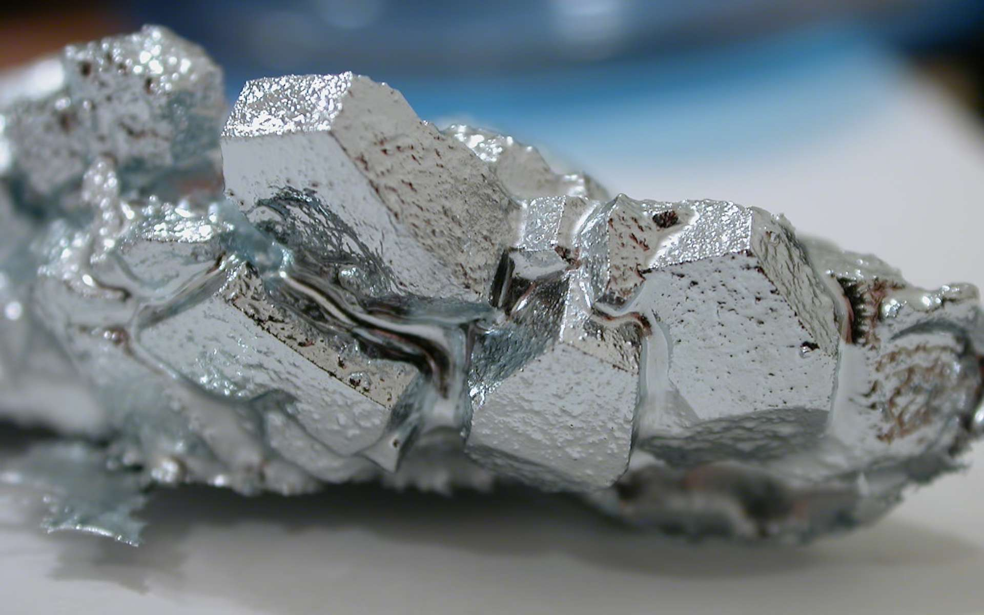 Le gallium appartient à la famille des métaux pauvres. Des scientifiques allemands espèrent exploiter sa température de fusion basse pour en faire un adhésif réversible efficace et utilisable à l'infini. © foobar, Wikipédia, CC by-sa 3.0