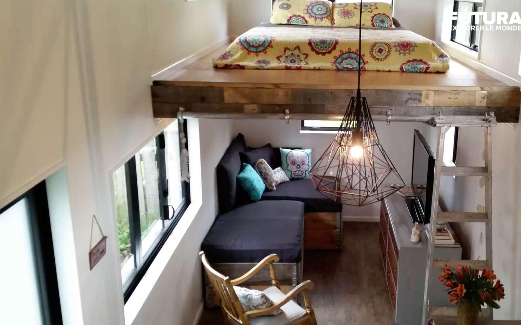 L'intérieur d'une micro maison bien aménagée