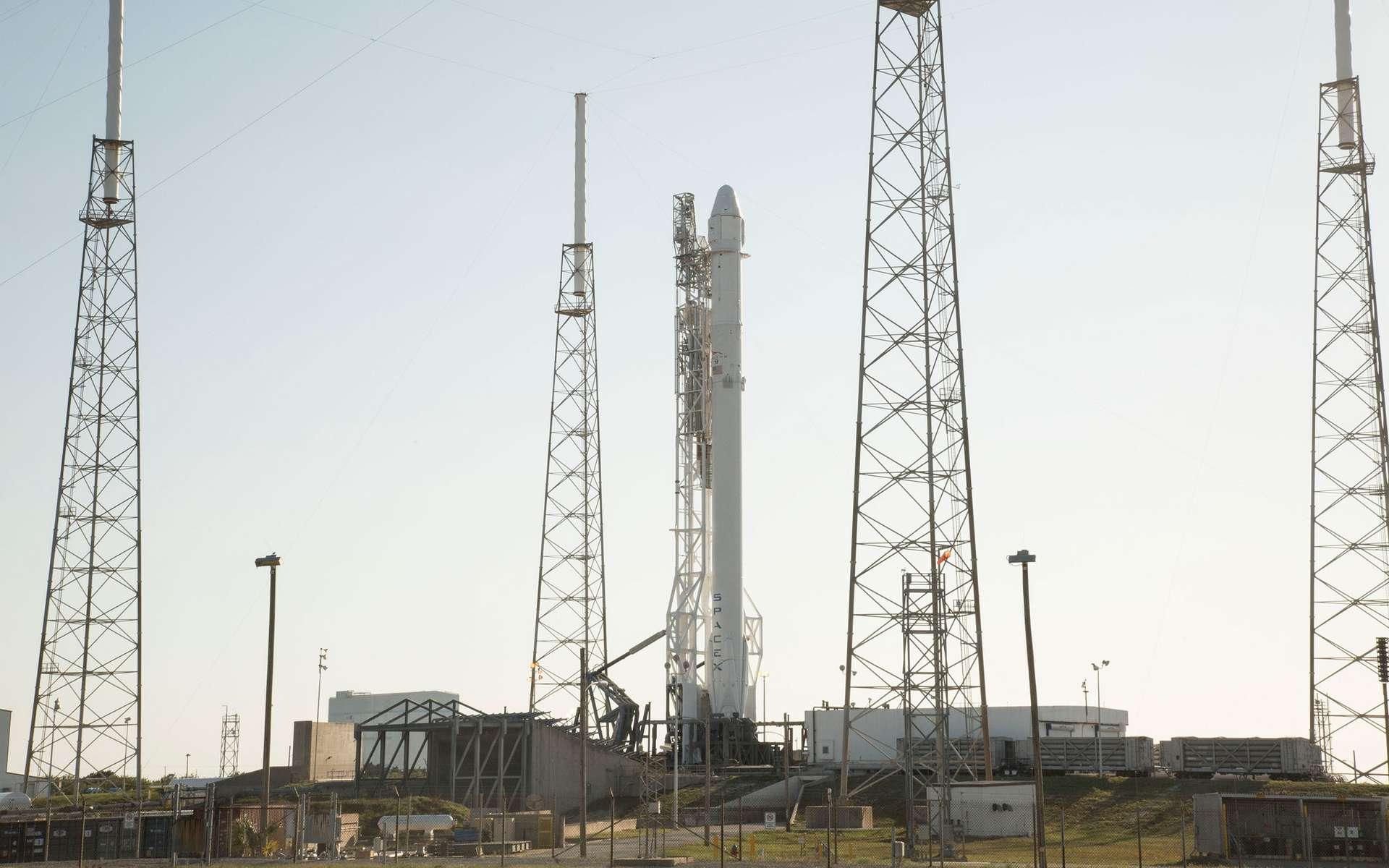 Après l'essai statique des moteurs de son premier étage, le lanceur Falcon 9 de SpaceX se tient prêt au décollage sur son pas de tir de Cap Canaveral en Floride. © SpaceX