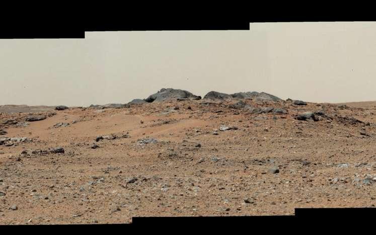 Panorama martien, montrant une partie du cratère Gale avec au centre deux roches grises provisoirement baptisées Twin Cairns Island. © Nasa, JPL-Caltech, Malin Space Science Systems
