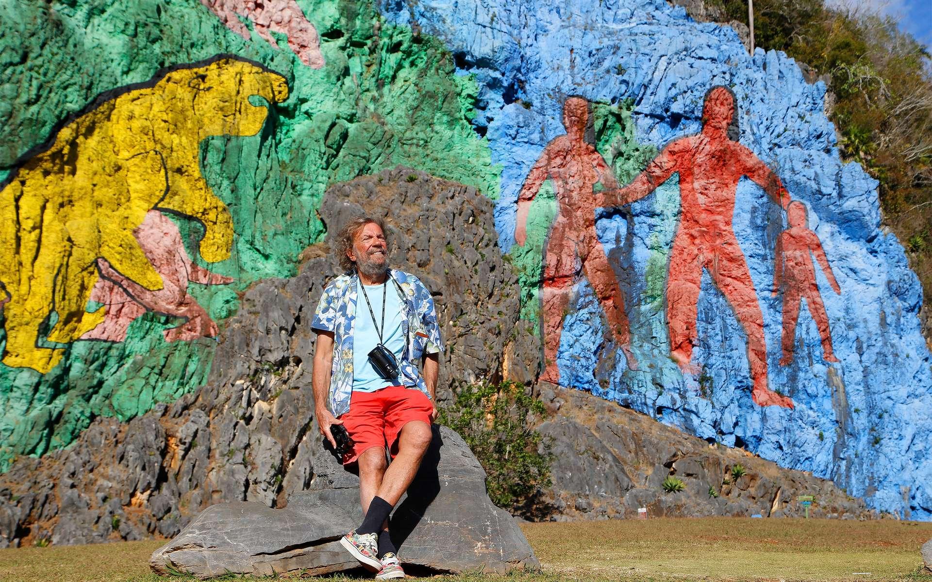 Antoine devant le « Mur de la Préhistoire », une œuvre géante qui rend hommage (tardivement) au peuple Taïno qui vivait sur l'île avant l'arrivée des colons espagnols et qui a été décimé. © Antoine