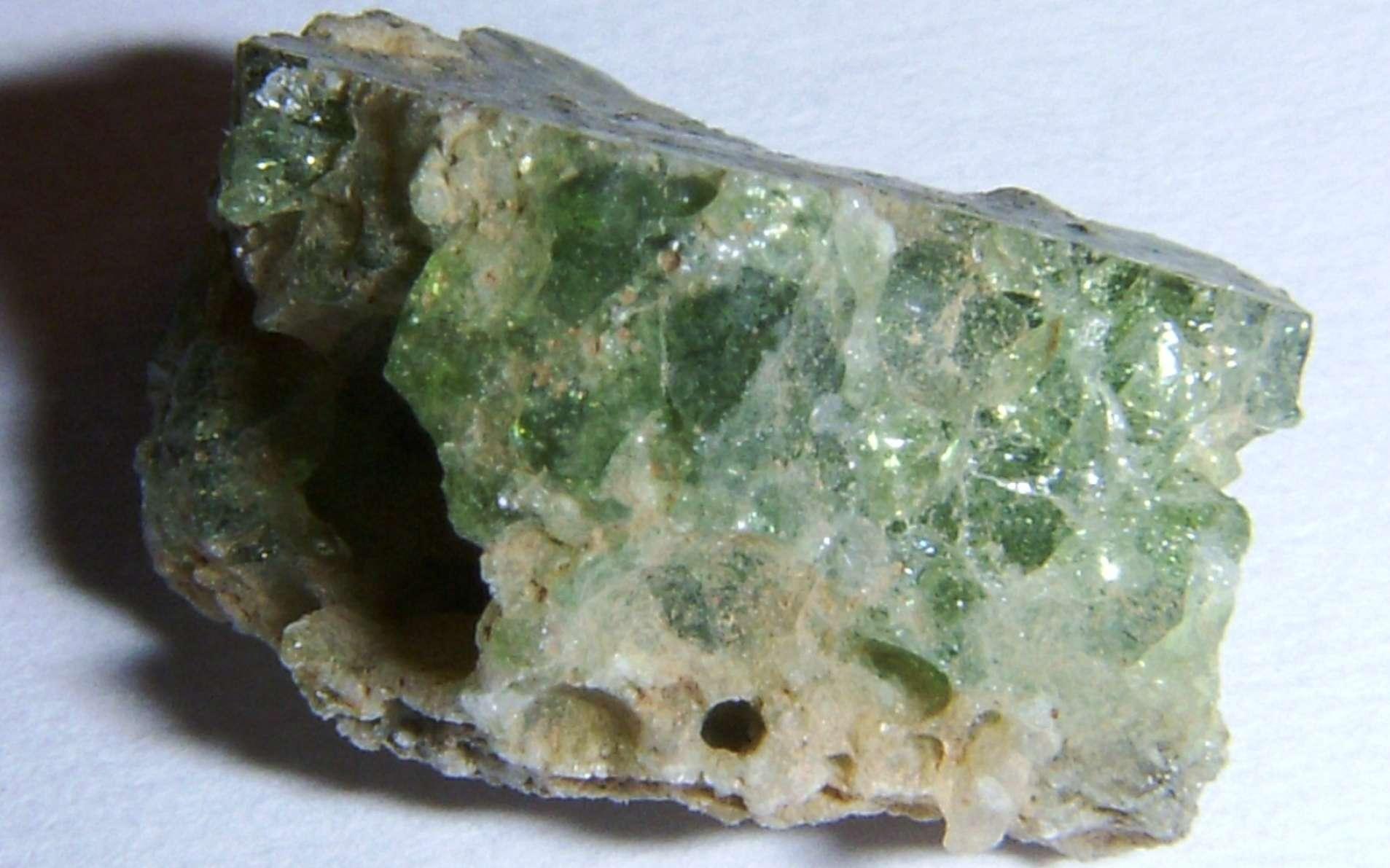 Un échantillon de Trinitite, le verre silicaté produit par la première explosion nucléaire en 1945. © Shaddack, Wikipédia, cc by sa 3.0