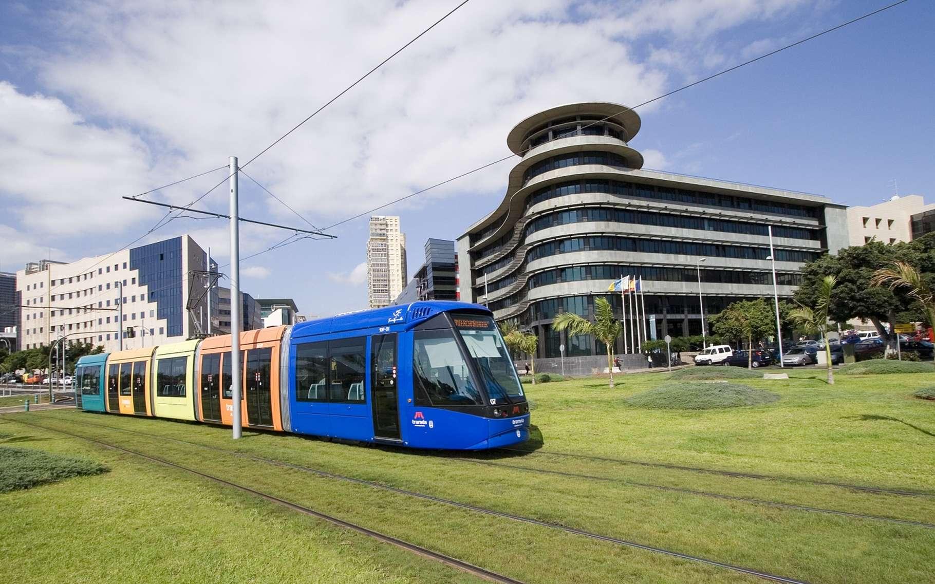 Le tramway de Santa Cruz de Ténérife, aux Canaries. La pluralité des moyens de transport rend indispensables des moyens de paiement universels. © MTSA