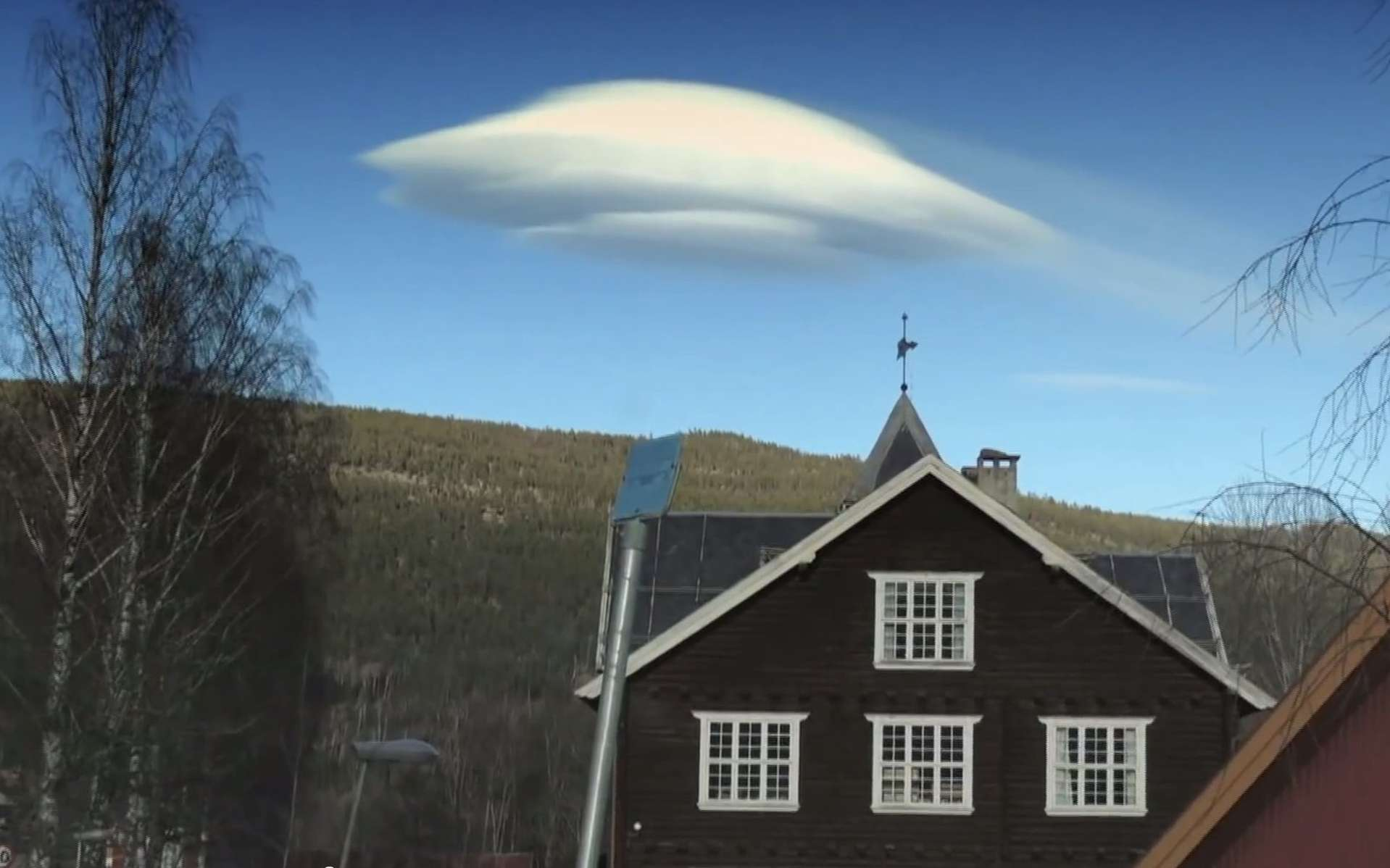 Un nuage curieux se tient, immobile, à côté de la montagne. Pourquoi ne bouge-t-il pas alors que le vent souffle ? Justement parce qu'il y a du vent... © Discovery