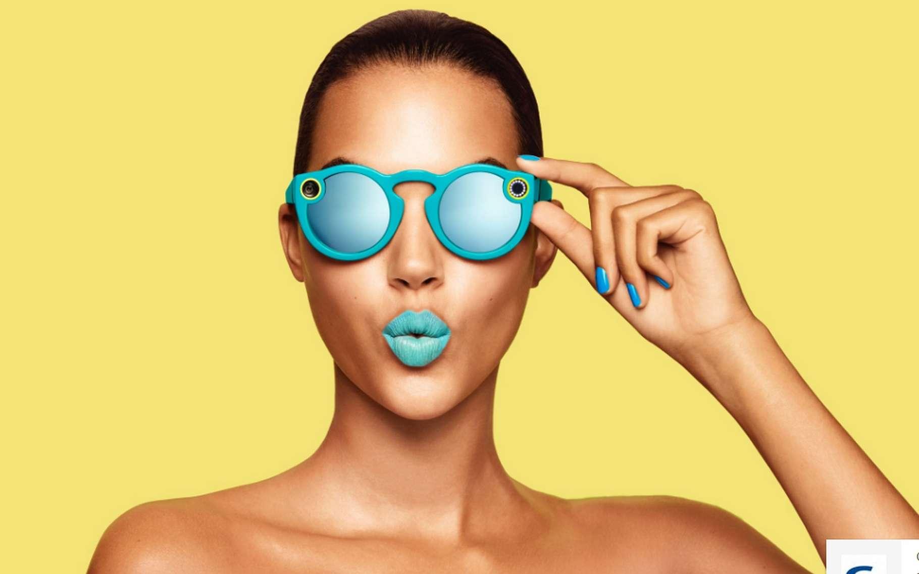 Les lunettes de soleil Spectacles de Snapchat sont disponibles en trois coloris. Elles se rechargent lorsqu'elles sont rangées dans leur étui. © Snap Inc.