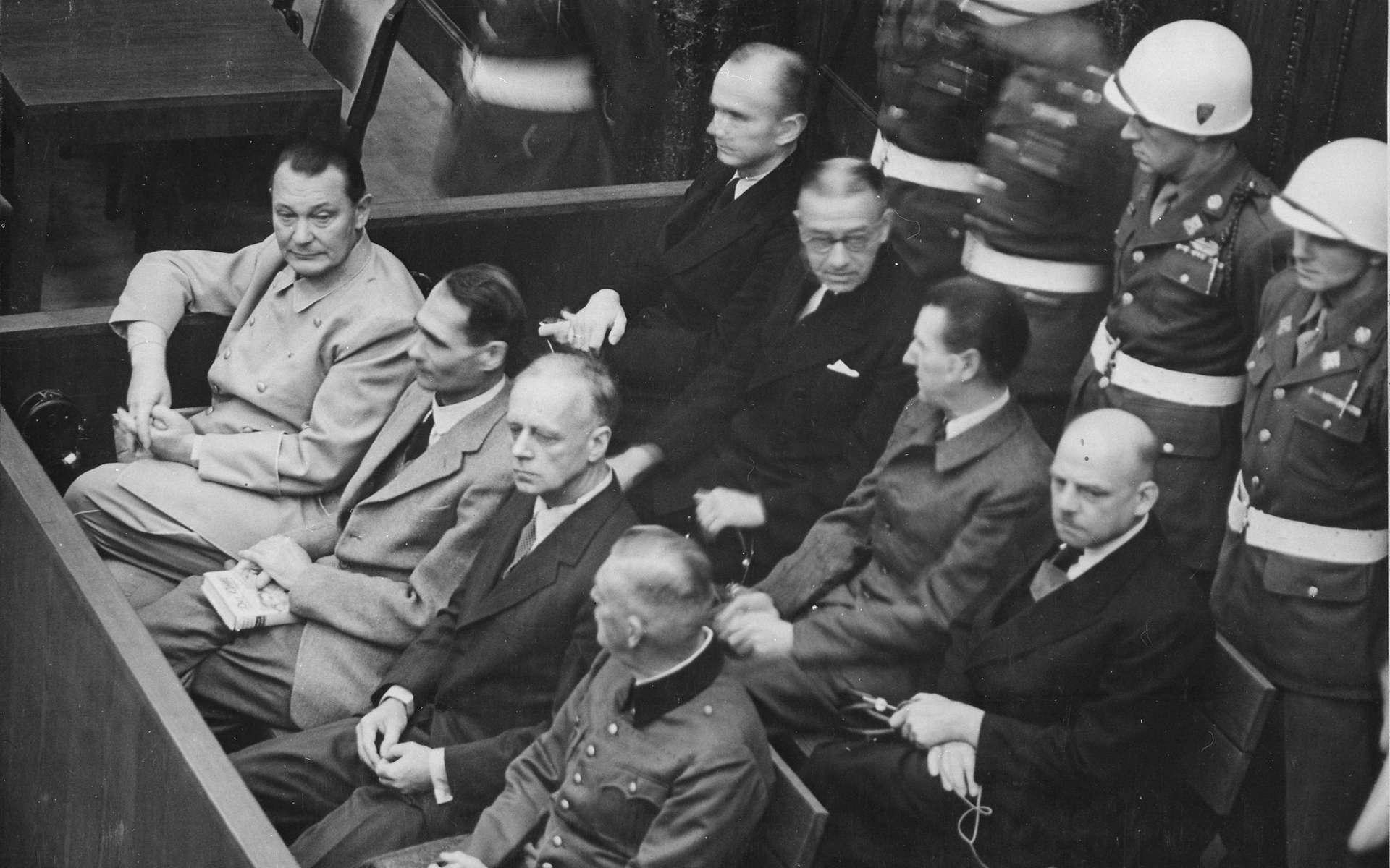 Des accusés lors du procès de Nuremberg. Au premier rang, de gauche à droite, Hermann Göring, Rudolf Hess, Joachim von Ribbentrop, Wilhelm Keitel. Au second rang, toujours de gauche à droite, Karl Dönitz, Erich Raeder, Baldur von Schirach, Fritz Sauckel © US Government, Wikimedia Commons, DP
