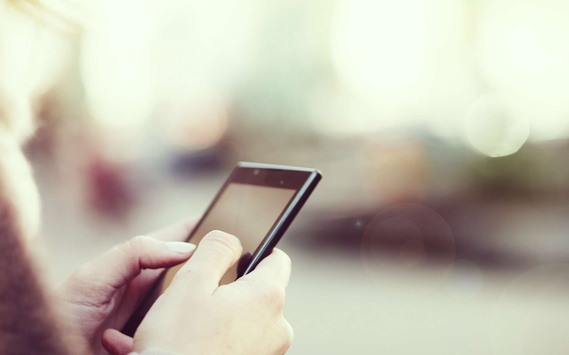 Le SMS a accompagné le développement de la téléphonie mobile. Bien qu'encore très usité, il n'a quasiment pas évolué. Les jeunes générations lui préfèrent des messageries instantanées plus polyvalentes. © Likoper, Fotolia