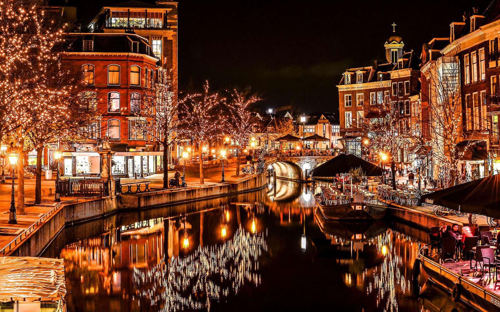 Les canaux illuminés pour Noël, en Hollande. En Hollande, les décorations de Noël sont flamboyantes. Ici le canal central à Leiden. © Meiry Peruch Mezari, CC by-nc 2.0
