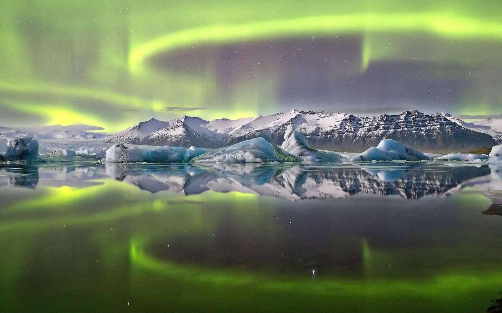 Aurore boréale au-dessus du glacier Vatnajökull par James Woodend. James Woodend (Royaume-Uni) a remporté le premier prix de la catégorie « Terre et espace » avec cette très belle composition. C'est la première fois que le jury le décerne à un paysage embrasé par une aurore. Le feu et la glace se mirent dans les eaux paisibles qui bordent le glacier Vatnajökull, au sud de l'Islande. © James Woodend, Flickr