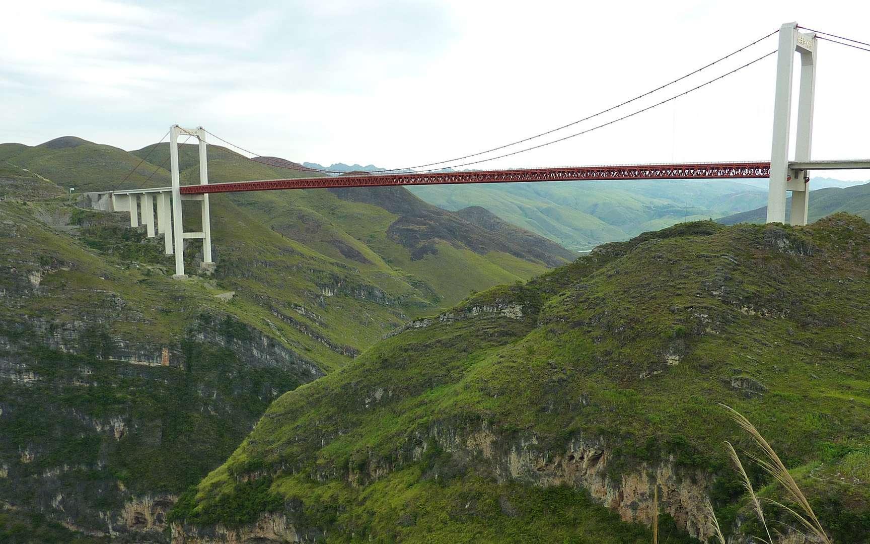 Le pont Beipanjiang culmine à 565 mètres au-dessus d'une rivière. © NewAtlas