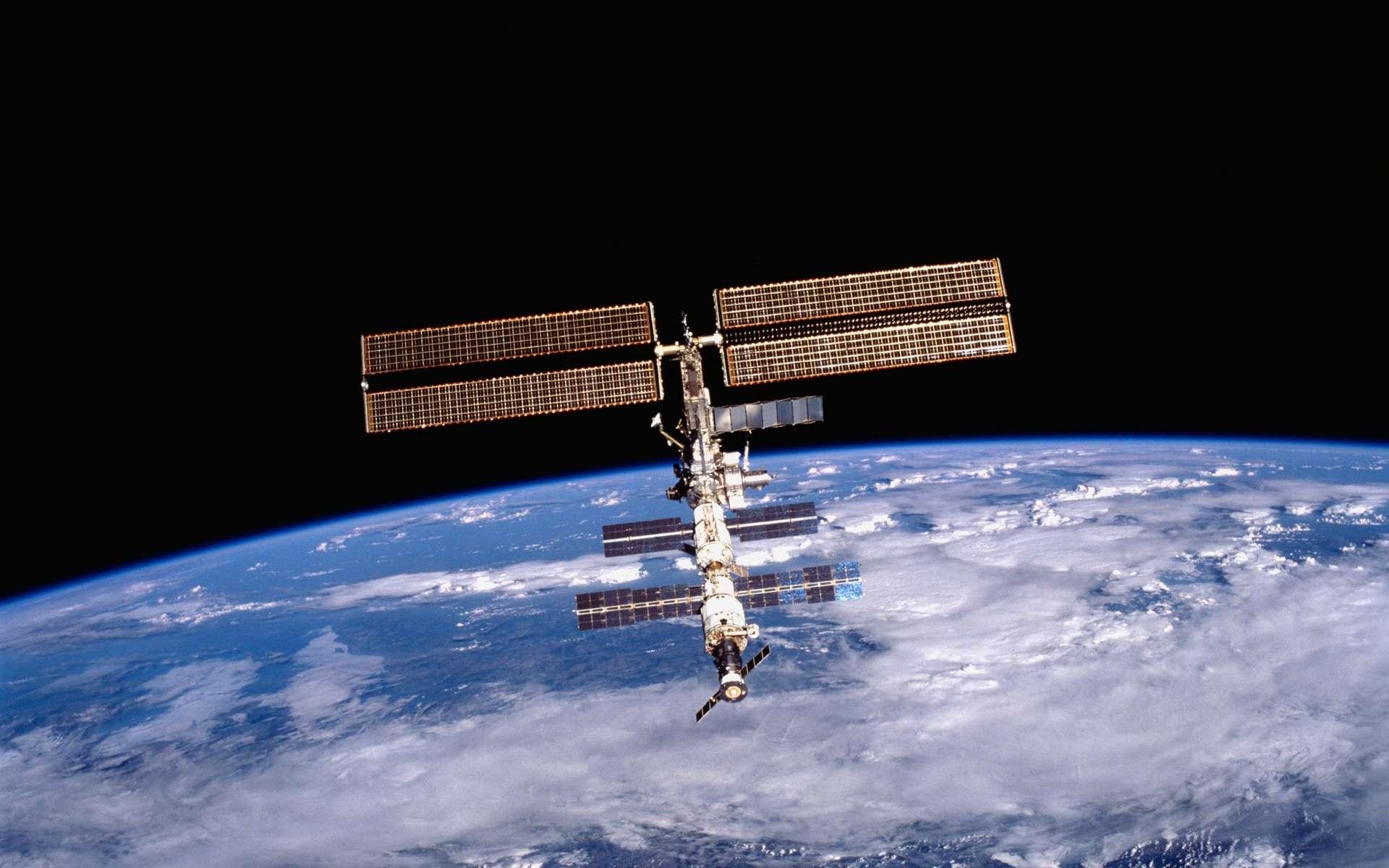 Vendredi 13 janvier, en prévision du passage d'un débris spatial près de l'ISS, à moins de 24 mètres, la Station a rehaussé son orbite pour éviter tout risque de collision. © Nasa