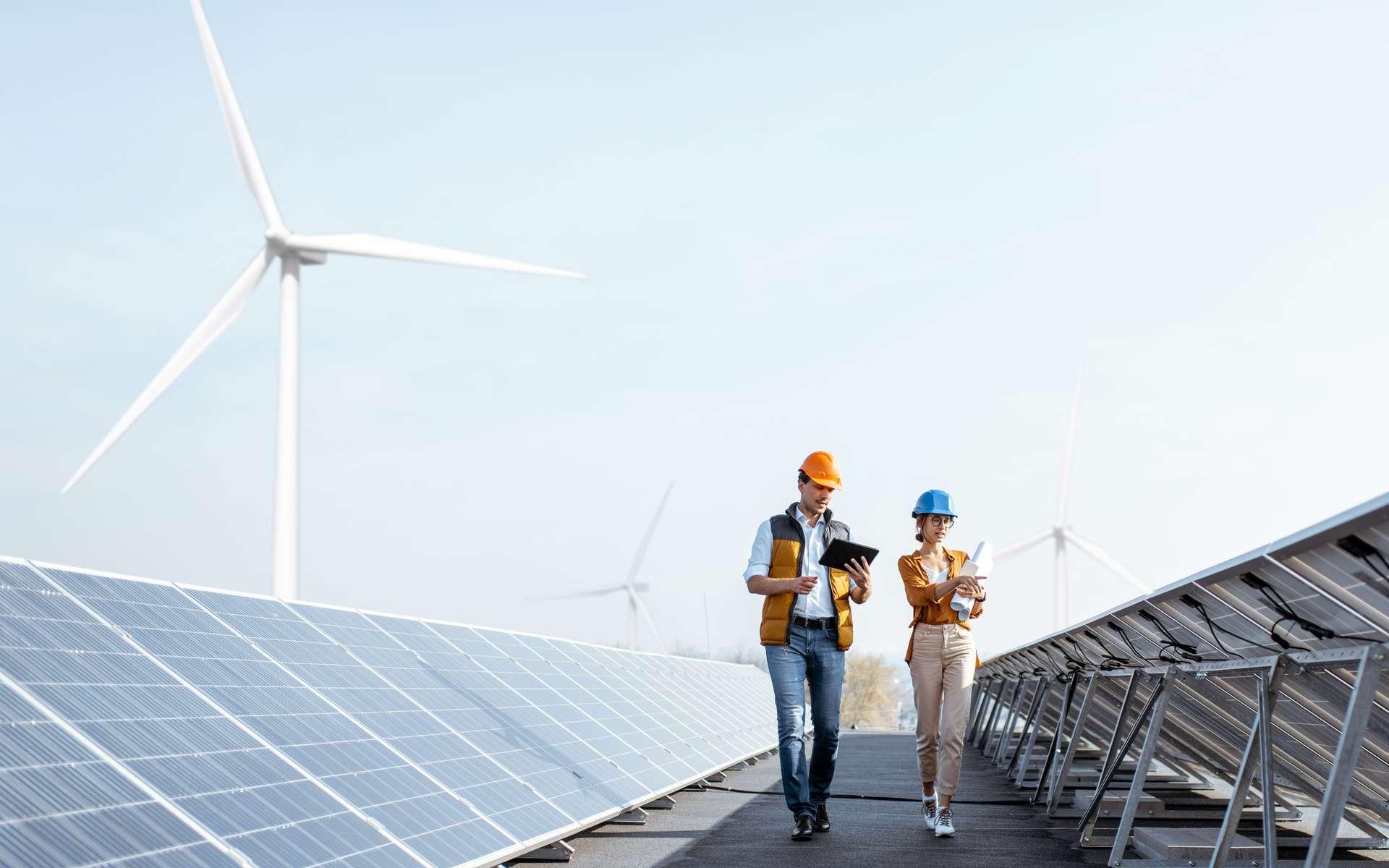 Deux ingénieurs marchant et examinant des panneaux photovoltaïques. © rh2010, Adobe Stock.