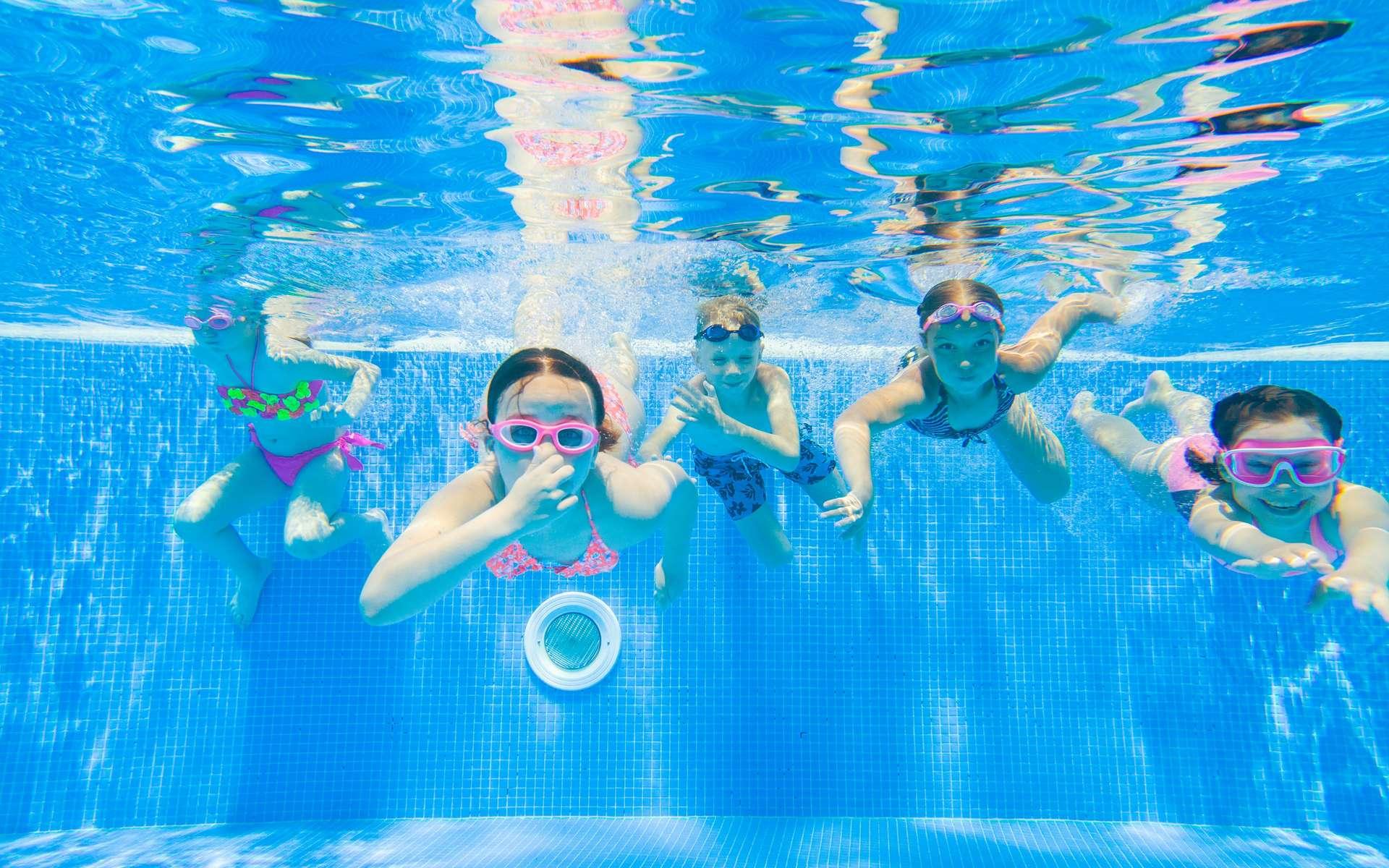 Analyser l'eau est une tâche indispensable pour profiter pleinement de la piscine. Pour vous aider, l'assistant easy·care développé par Waterair transmet toutes les informations utiles en temps réel. © yanlev, Adobe Stock