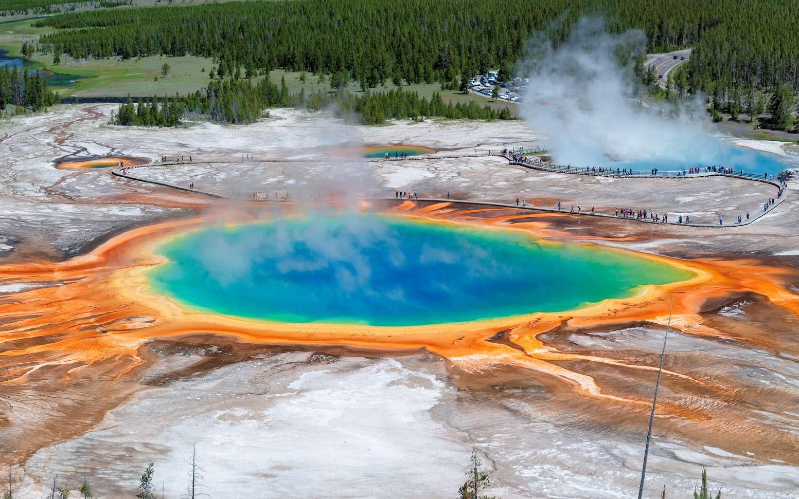 Panorama sur le bassin d'eau chauffée Grand Prismatic Spring à Yellowstone. La caldeira de Yellowstone est le plus grand système volcanique d'Amérique du Nord. Il appartient à la catégorie des supervolcans. © lucky-photo, fotolia