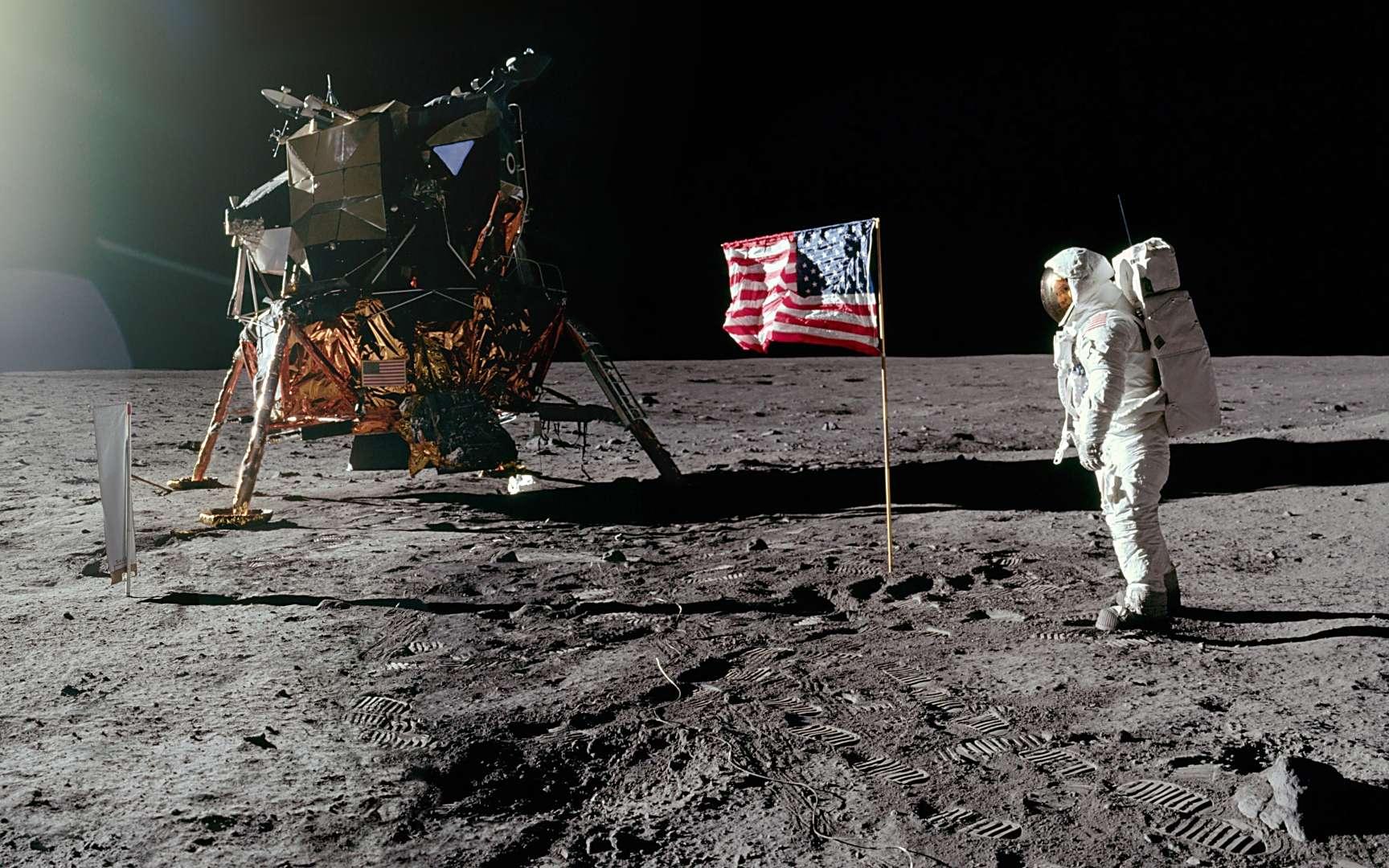 Les astronautes de la mission Apollo 11, Neil Armstrong et Buzz Aldrin, ont symboliquement planté un drapeau américain sur la Lune. © Images Nasa/JSC, Retraitements Olivier de Goursac. Tous droits réservés