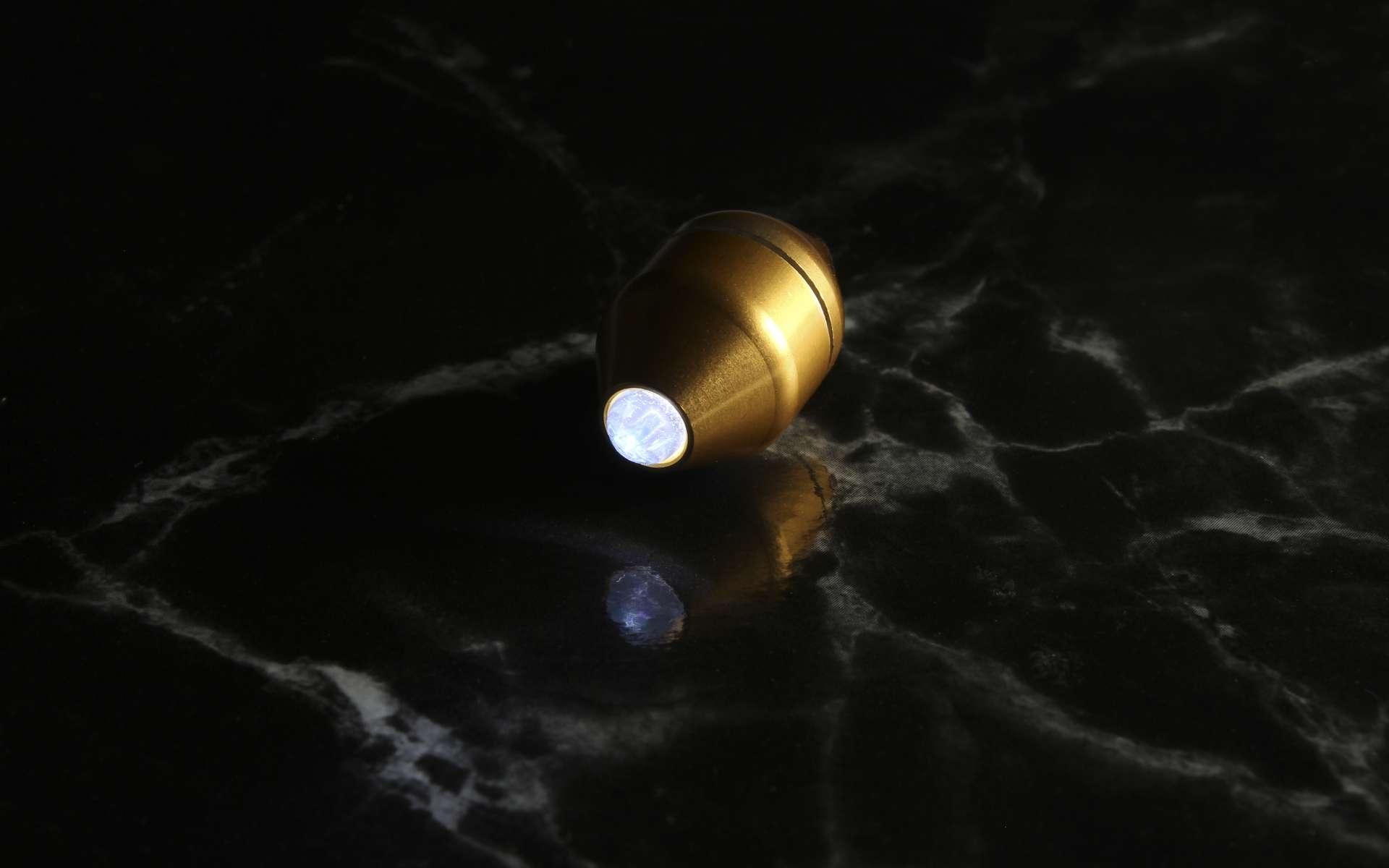 Parmi les meilleures idées de crowdfunding de janvier, cette mini lampe torche pas plus grosse qu'un ongle. © The Sub