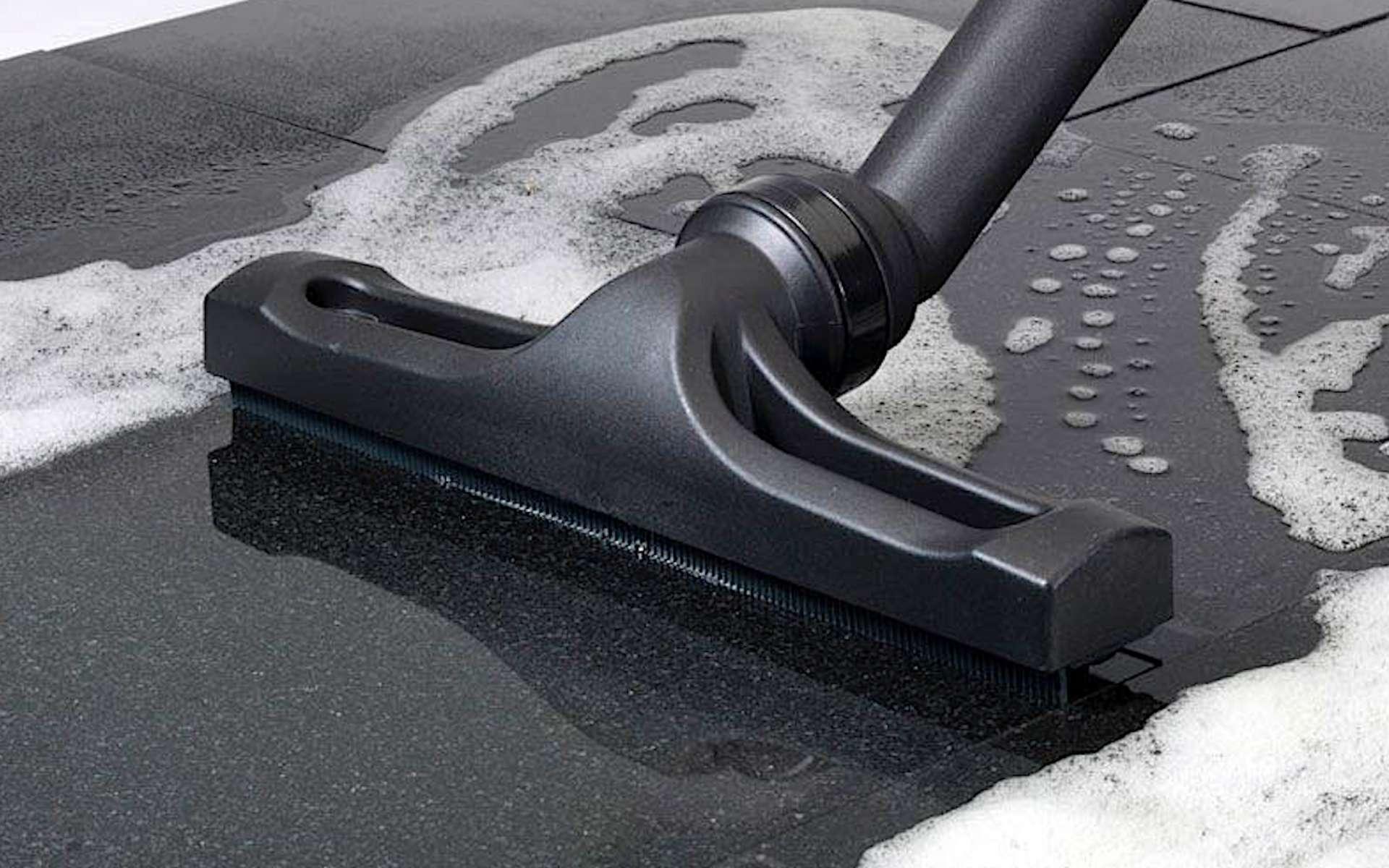 Aspirateur eau et poussière en action. © Numatic International
