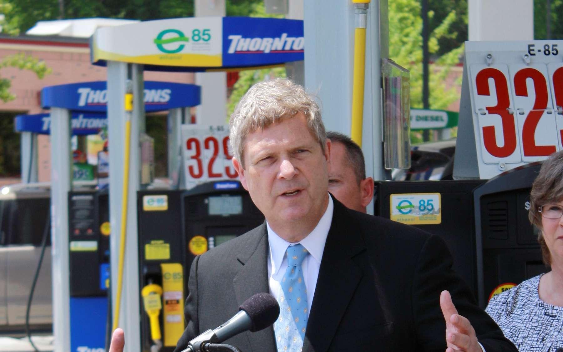 Le ministre américain de l'agriculture vantant les mérites du kit éthanol E85 en 2011. Le marché européen est en train de se tourner définitivement vers l'hybride et l'électrique. © US Department of Agriculture, cc by nd 2.0