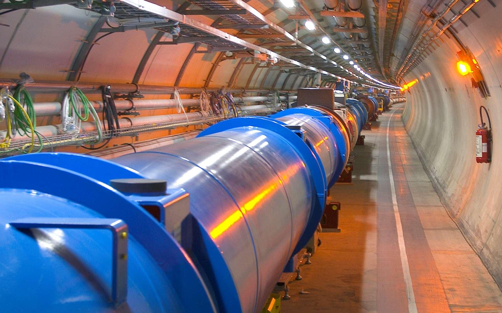 Une vue du tunnel de 27 kilomètres de circonférence où le LHC (le Grand Collisionneur de hadrons) fait circuler des protons presque à la vitesse de la lumière. Certains des phénomènes ayant eu lieu pendant le Big Bang y sont reproduits lors de collisions. © Cern