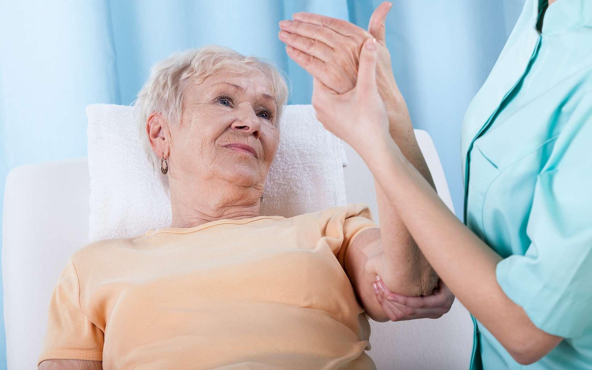 Le raloxifène est prescrit pour prévenir les fractures liées à l'ostéoporose chez les femmes ménopausées. © Photographee.eu, Shutterstock
